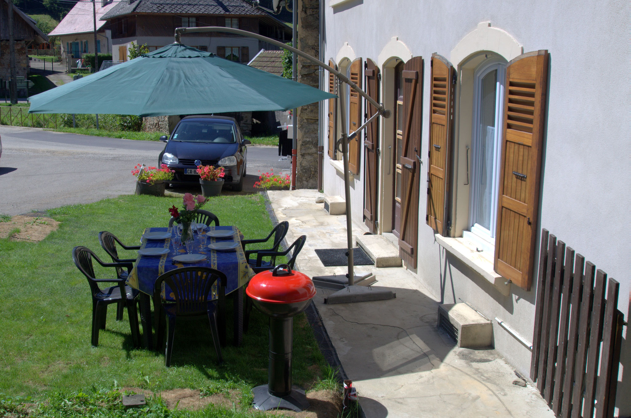 Gîte de Belledonne 2 occupe le rez de chaussée avec parking et  terrasse de plein pied