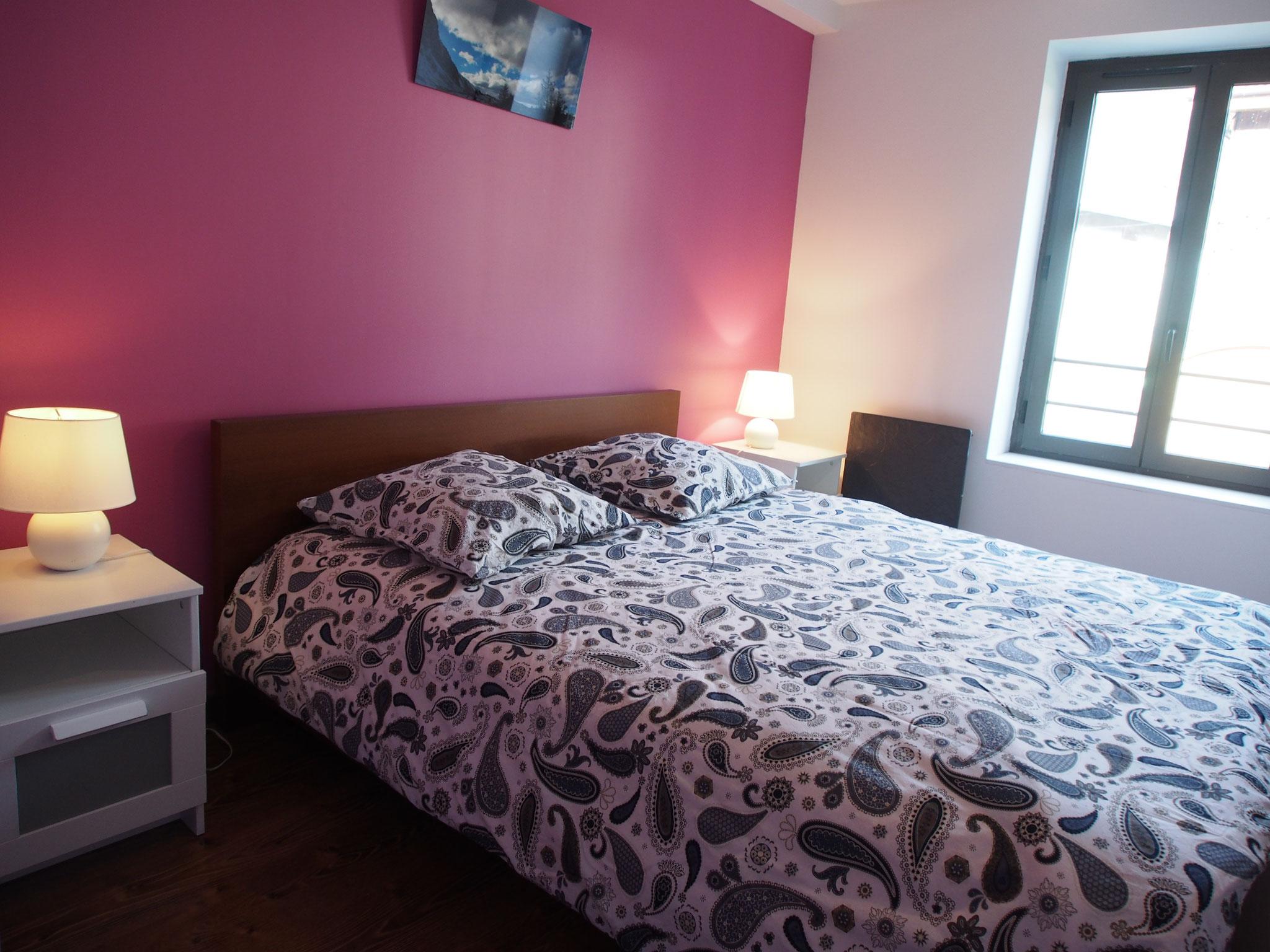 Gîte de Belledonne 1 : chambre mauve & rose pour deux personnes & grand lit