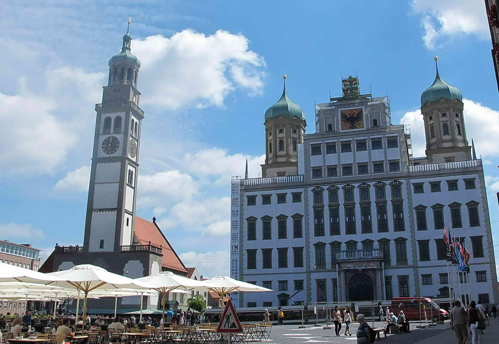 """Das Rathaus - derzeit """"verhüllt"""" - aufwendige Renovierungsarbeiten"""