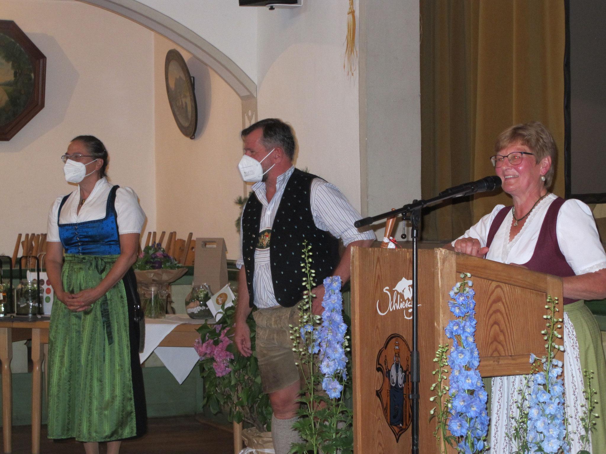 Kreisvorsitzende Simone Kerkel und Bürgermeister Franz Schnitzenbaumer mit Astrid Leitner