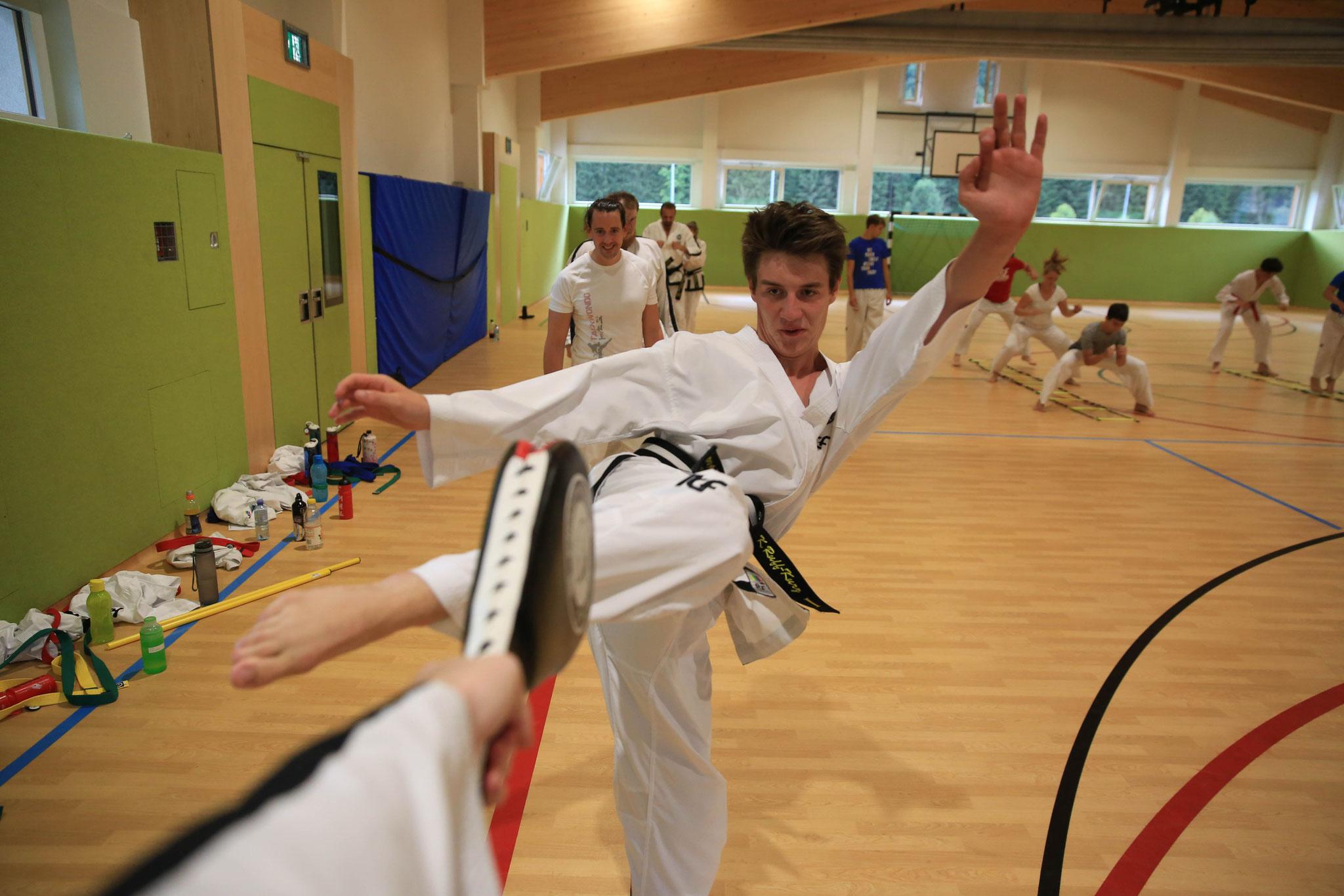 Konstantin bei der Kick Technik