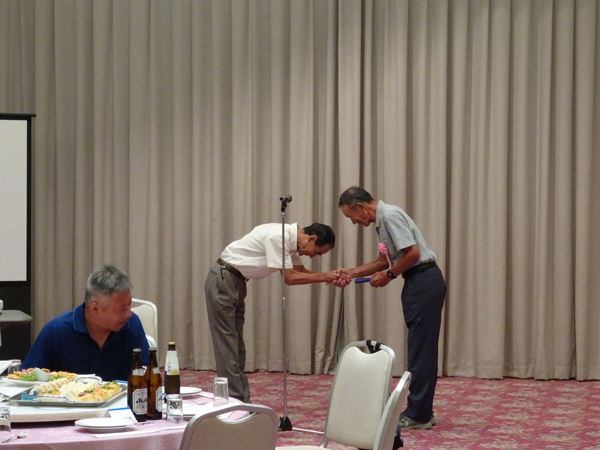 藤原顧問へ記念品贈呈と傘寿のお祝い