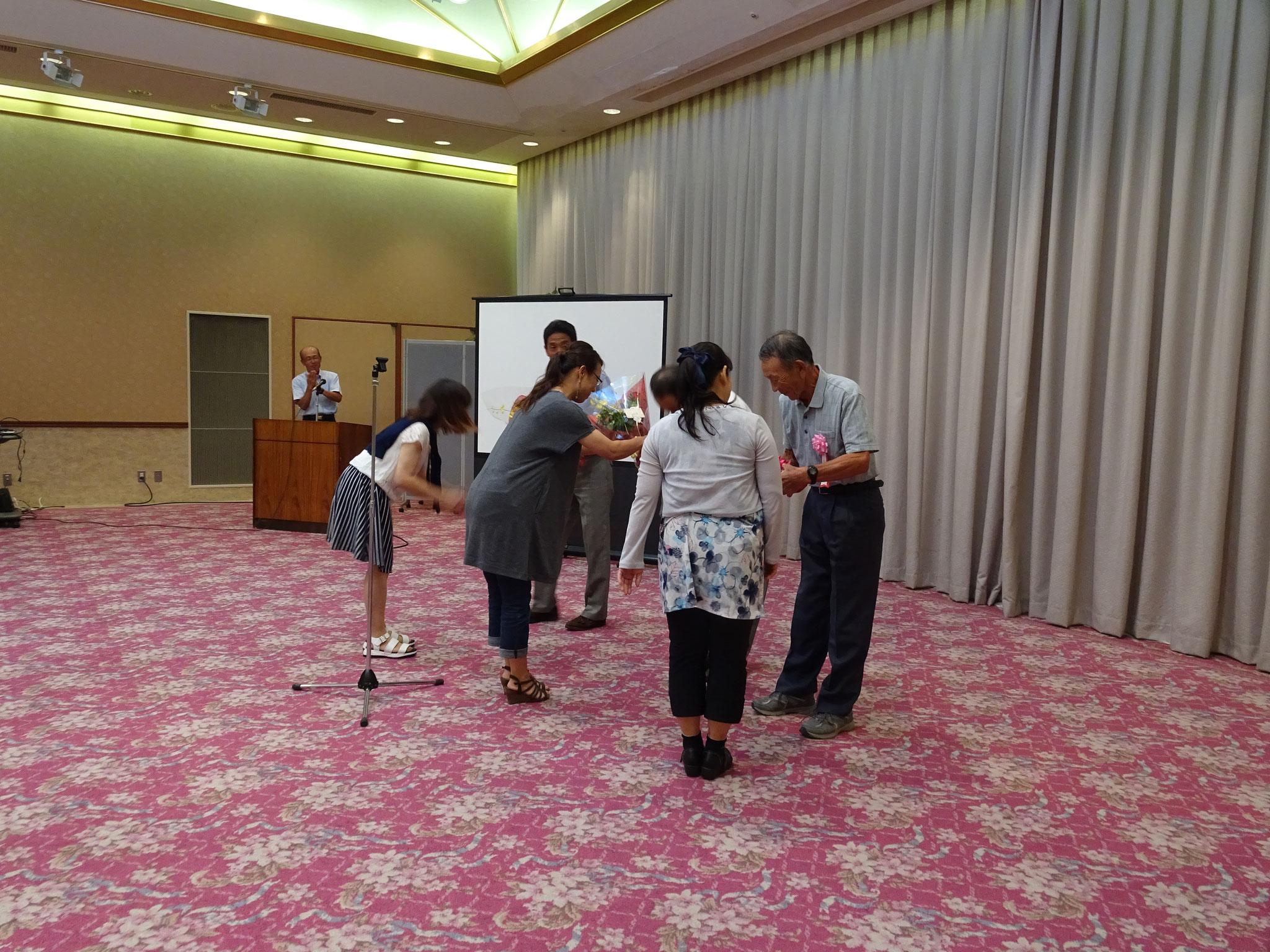 日頃の感謝を込めて・・・藤原顧問・竹岡代表・庭瀬コーチへ花束贈呈