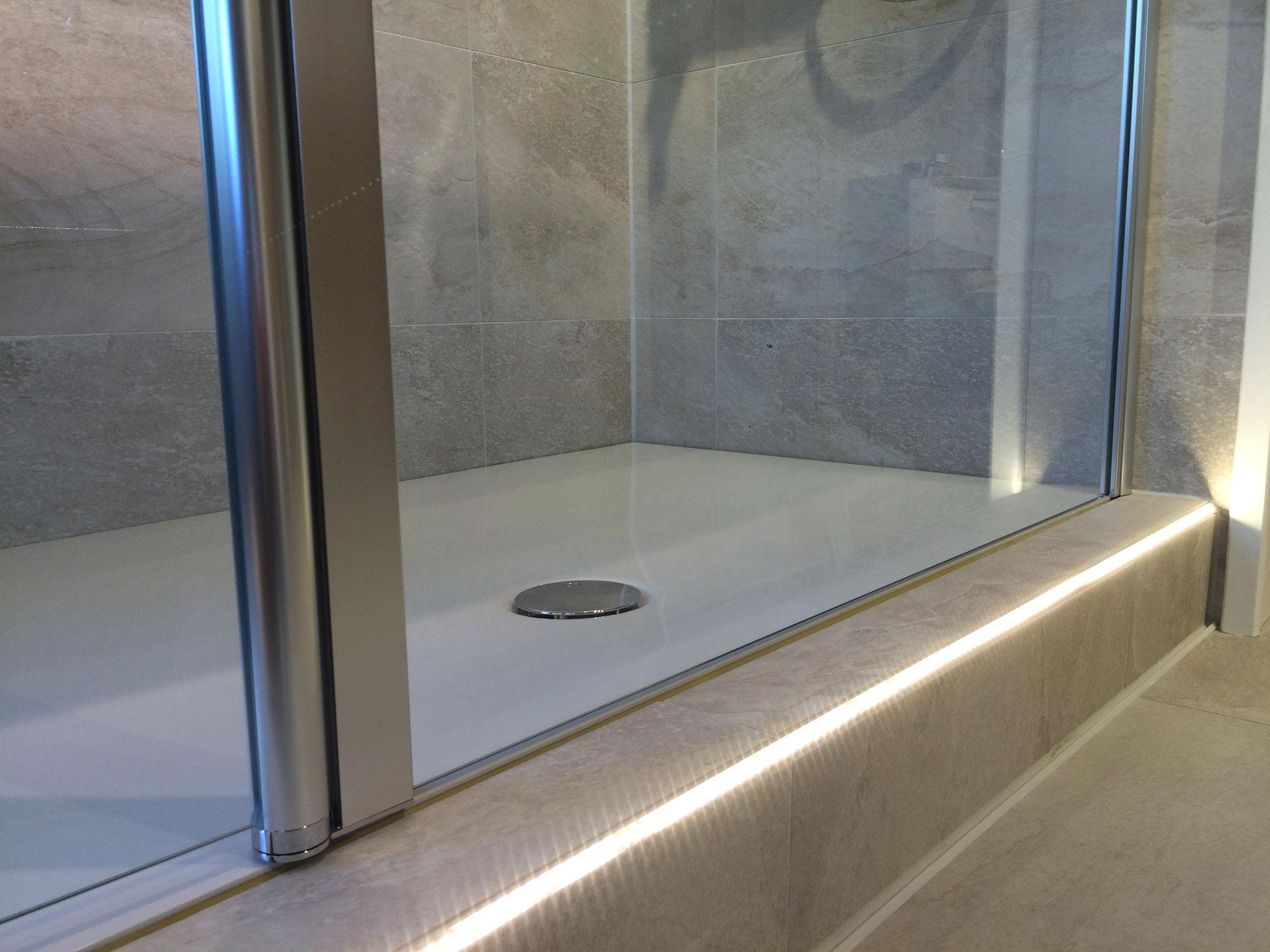 Bodenebene Dusche mit Duschwanne