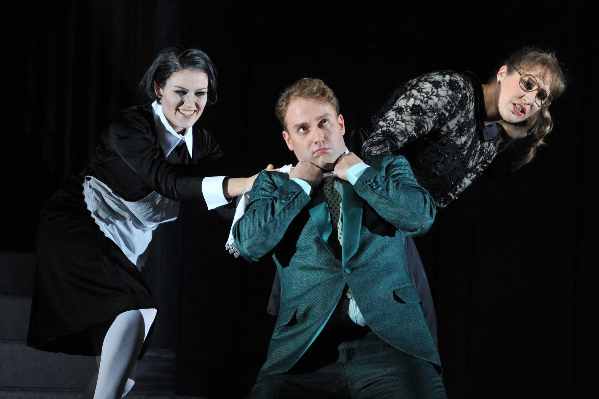 """""""Hannchen"""" in """"Vetter aus Dingsda (Künneke) am Badischen Staatstheater Karlsruhe 2012, als """"Egon"""" Max Schäffer, Foto: Jochen Klenk"""