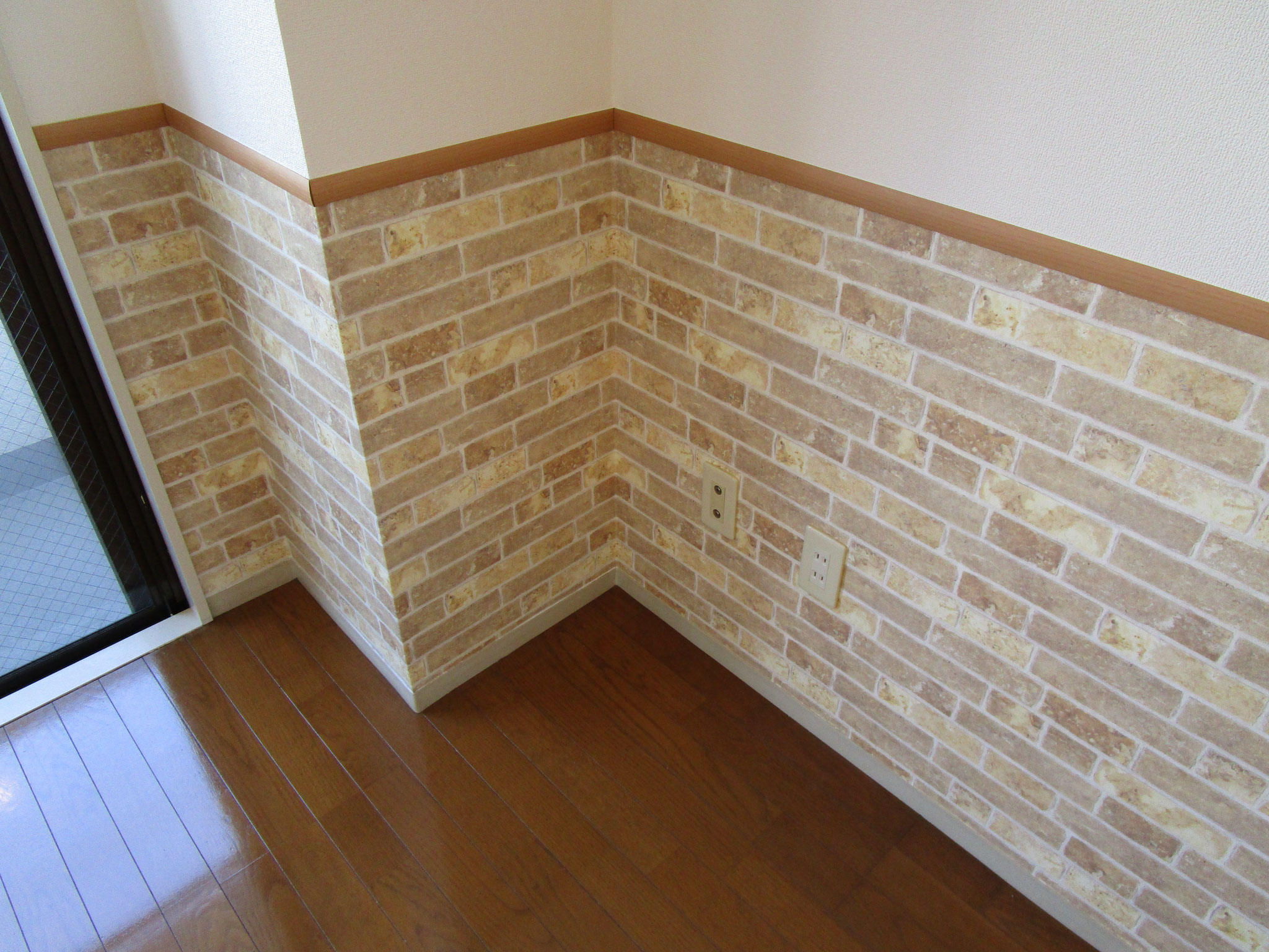壁の下半分はレンガ柄です