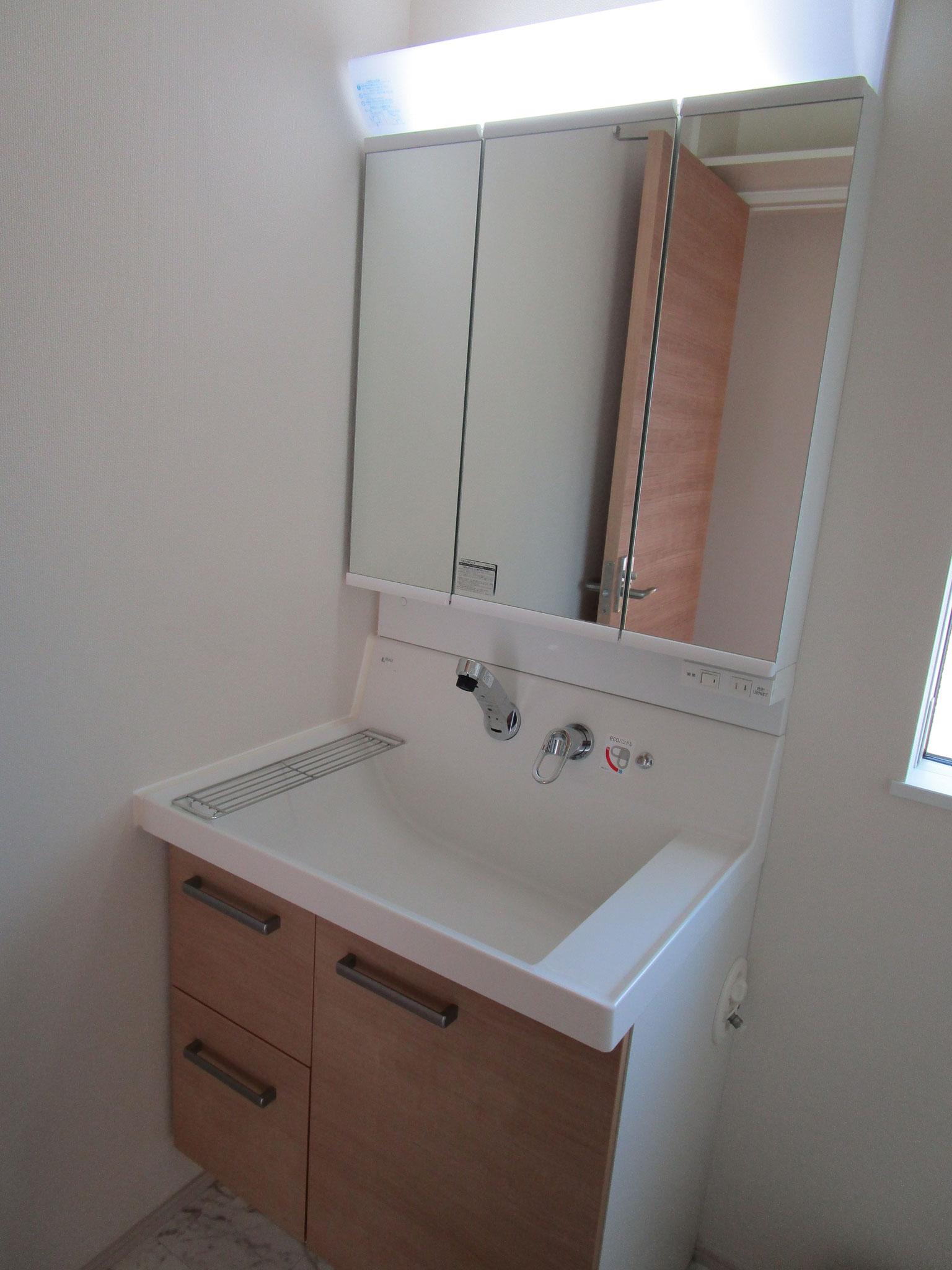 洗面台は三面鏡付き