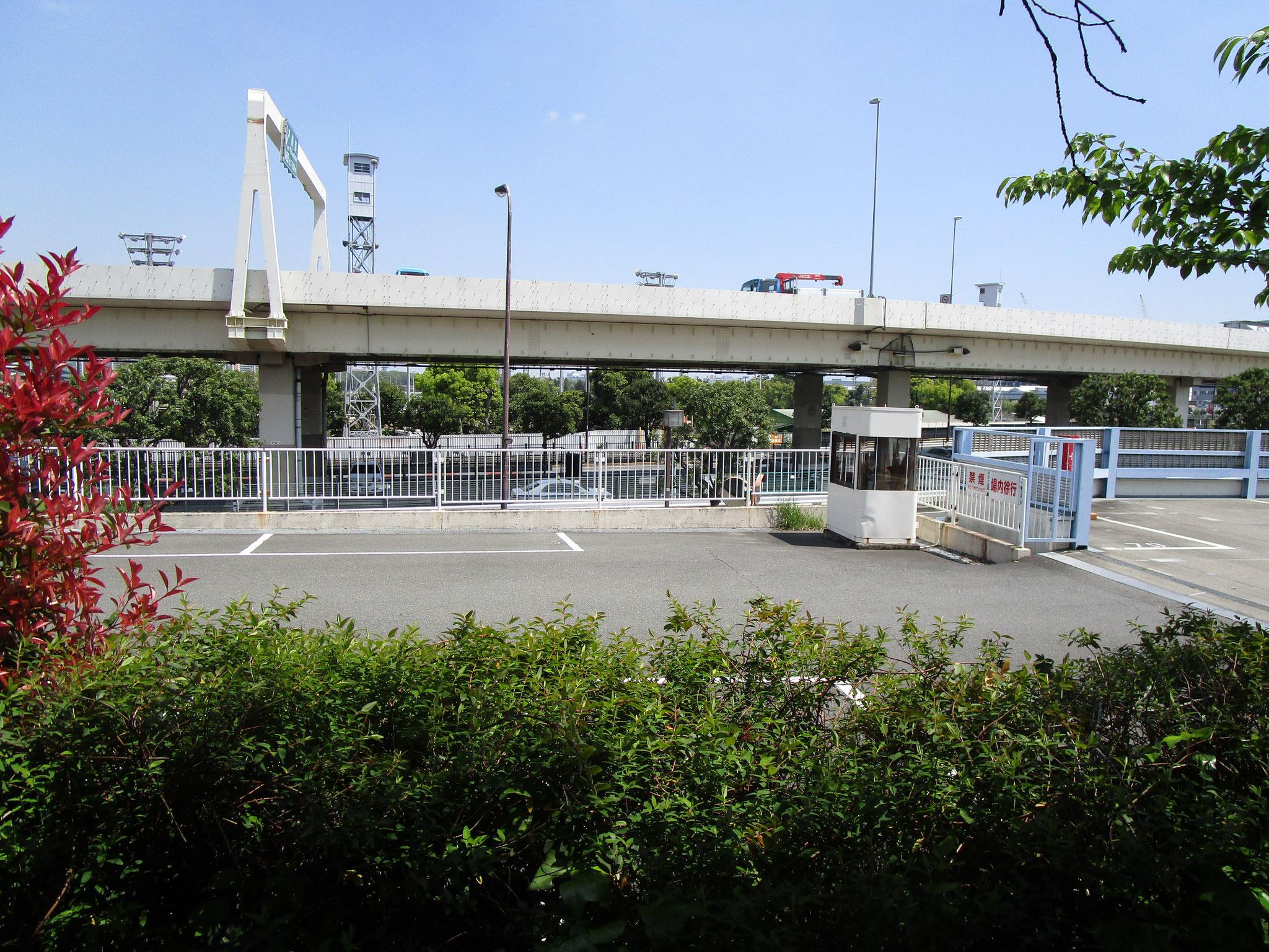 山道の東側には首都高速が通っています