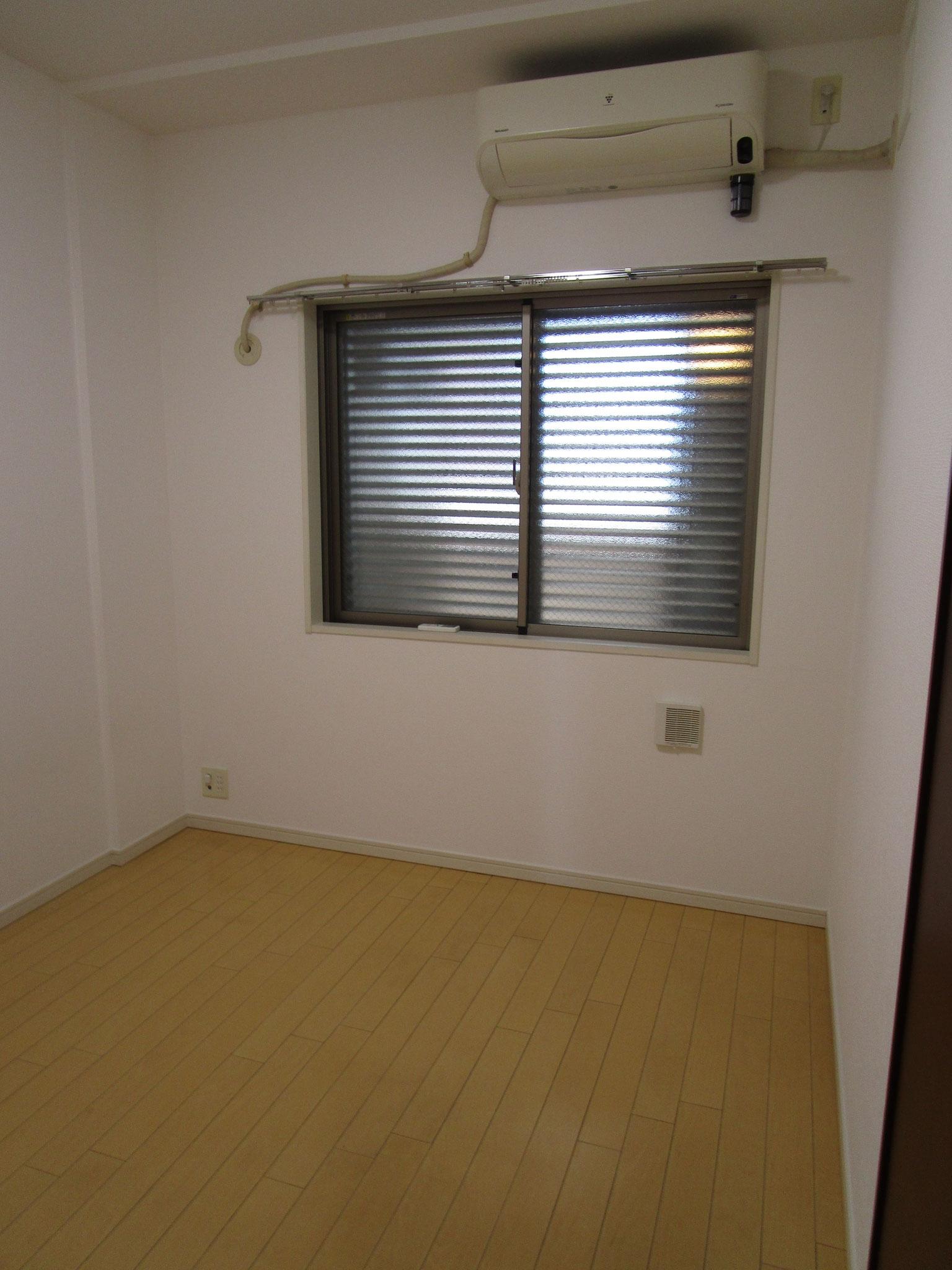 玄関を入って右手の洋室(約5.4帖)