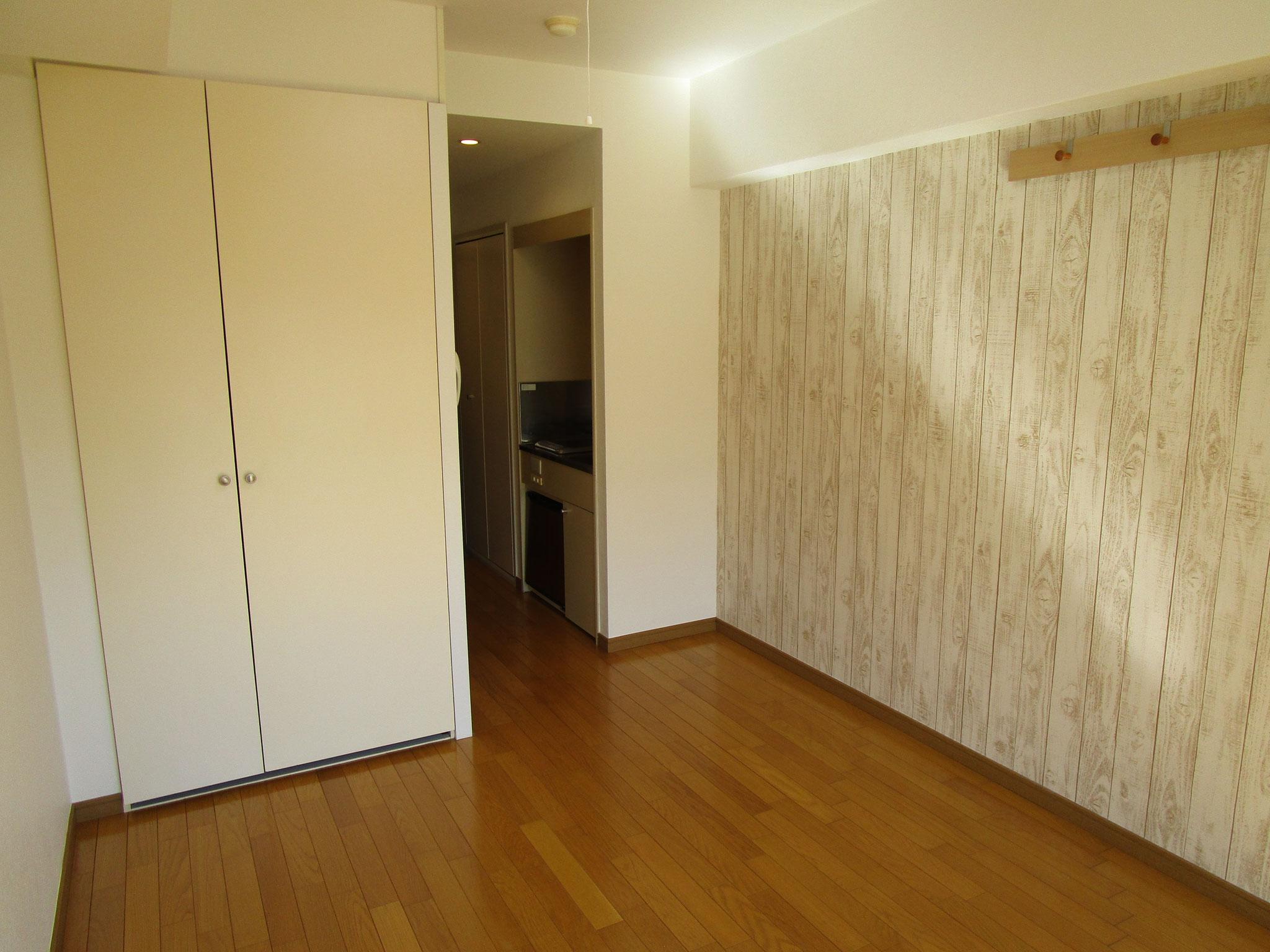 このワンルームは、木目調のアクセントクロス。そして木製のウォールハンガーを設置しました