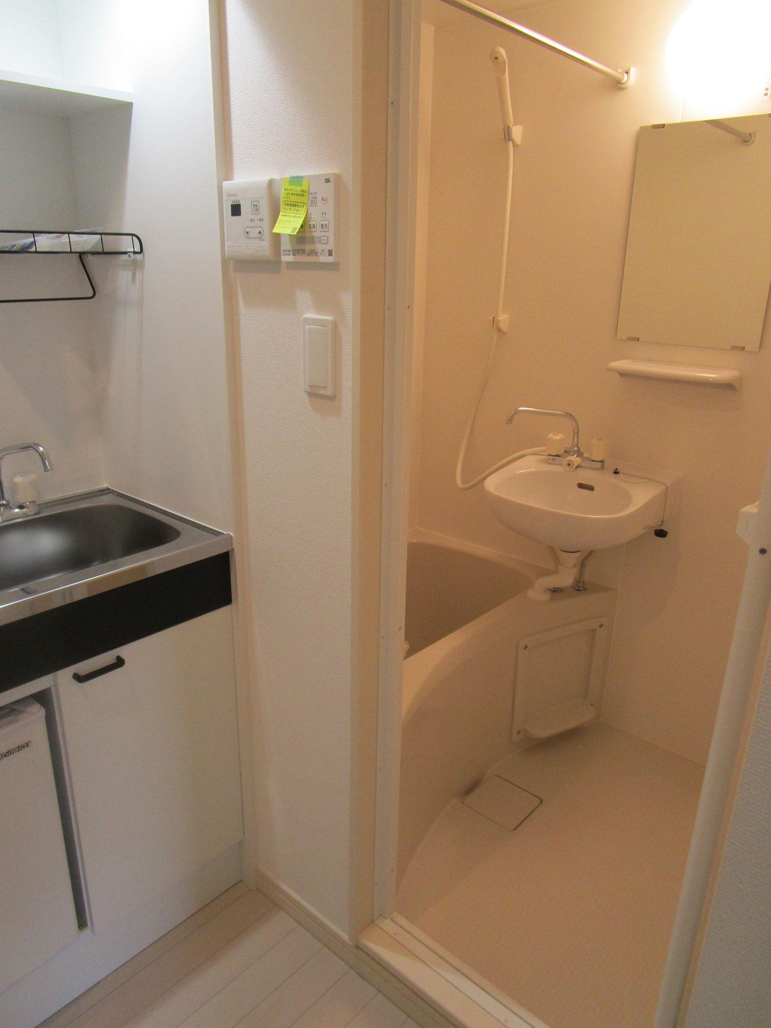 キッチンの奥は浴室。全室ランドリーパイプ付き