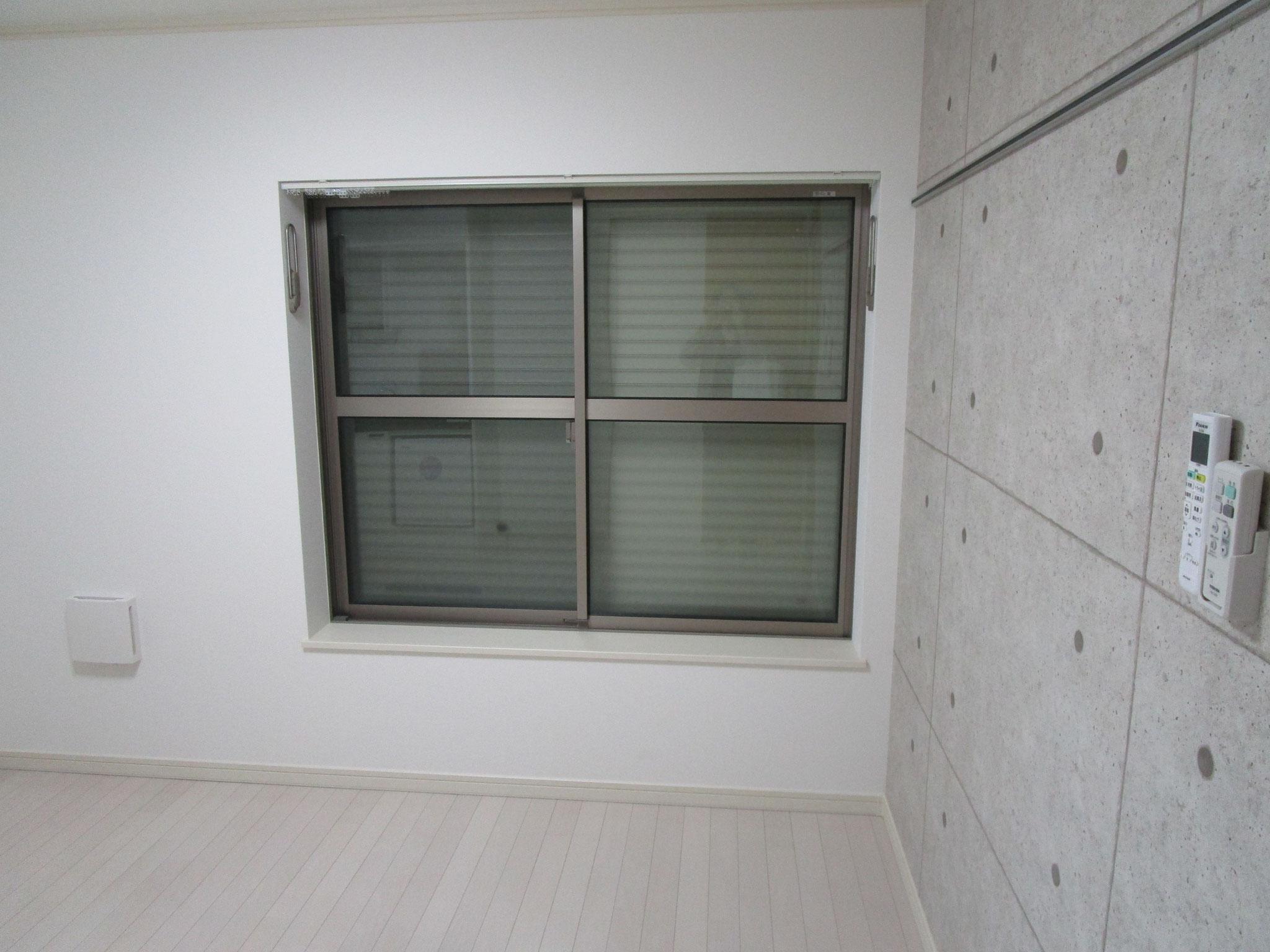 大きな窓です。開閉し易いシャッター付き