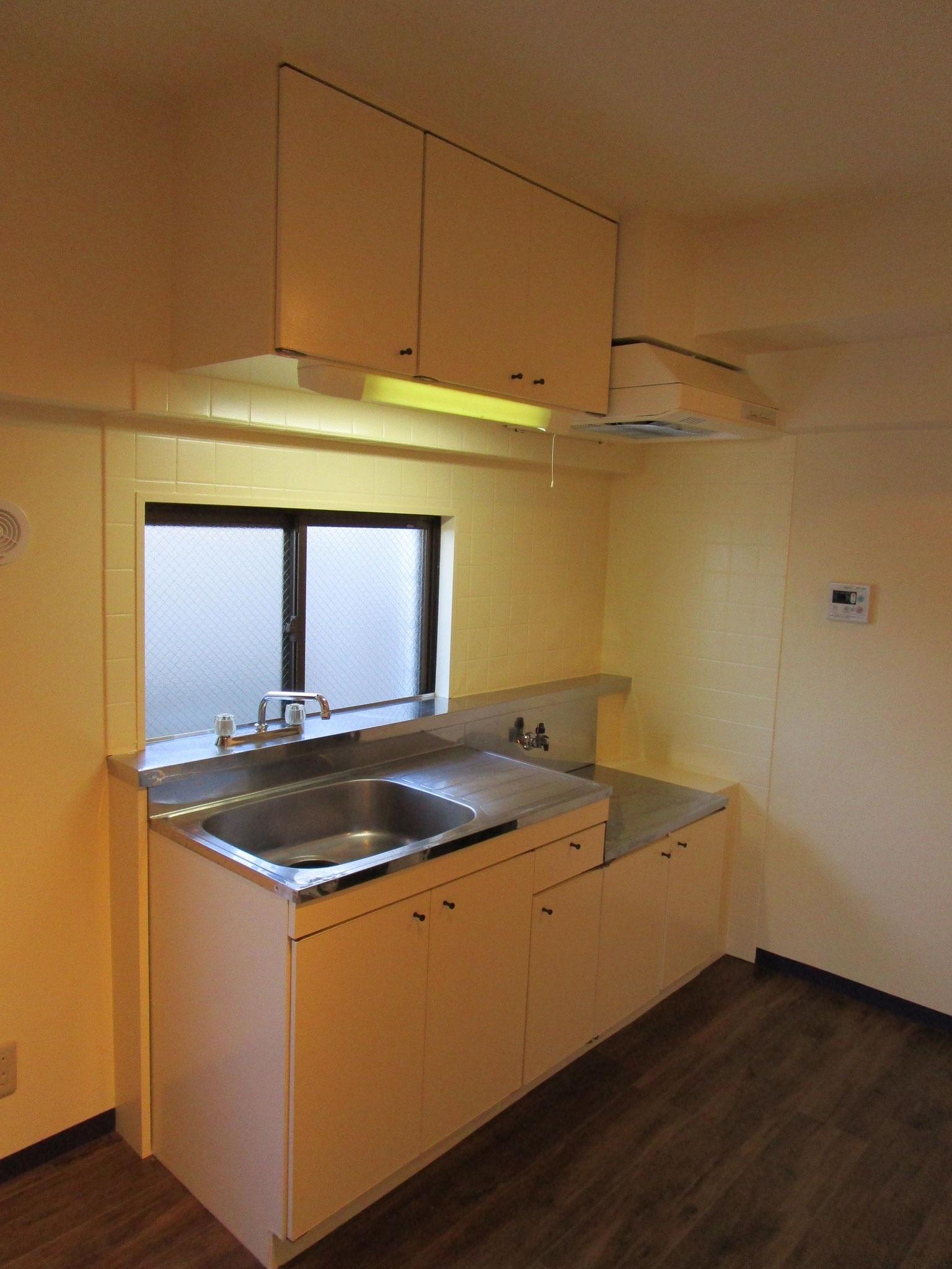 すっきりシンプルなキッチン。窓があります