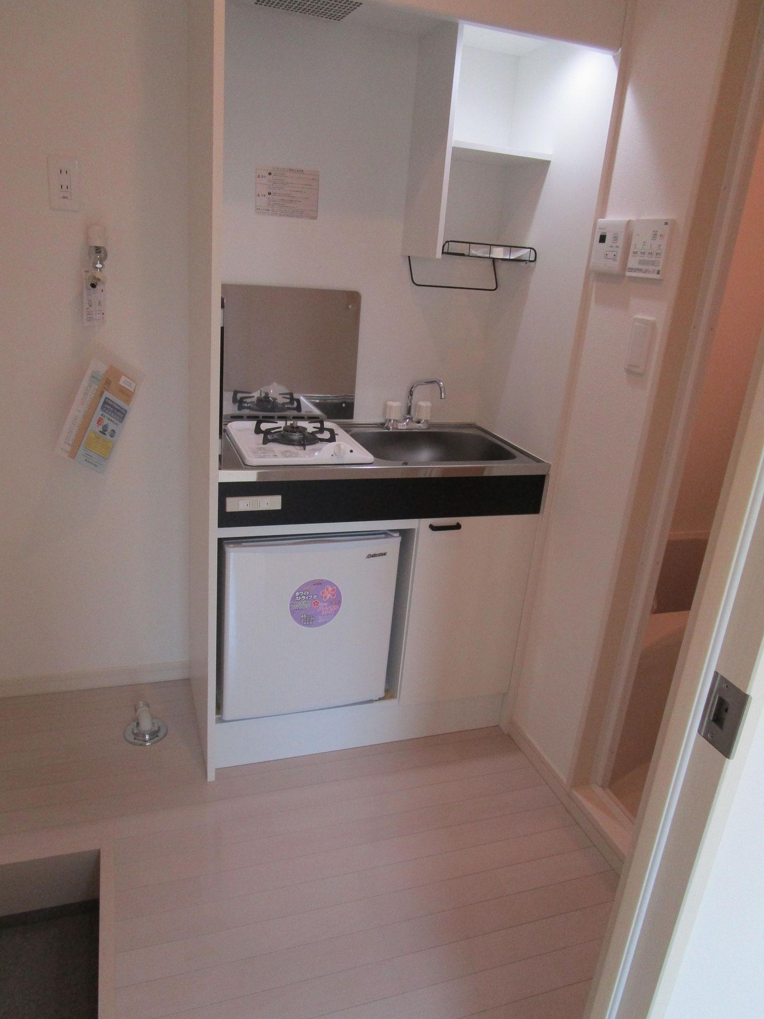 左側に洗濯機置場とキッチン