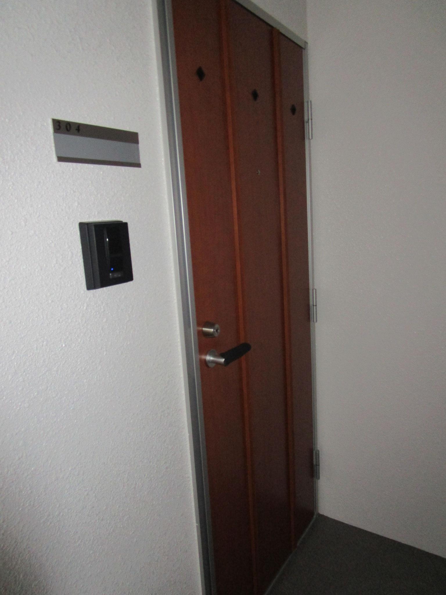 304号室玄関前