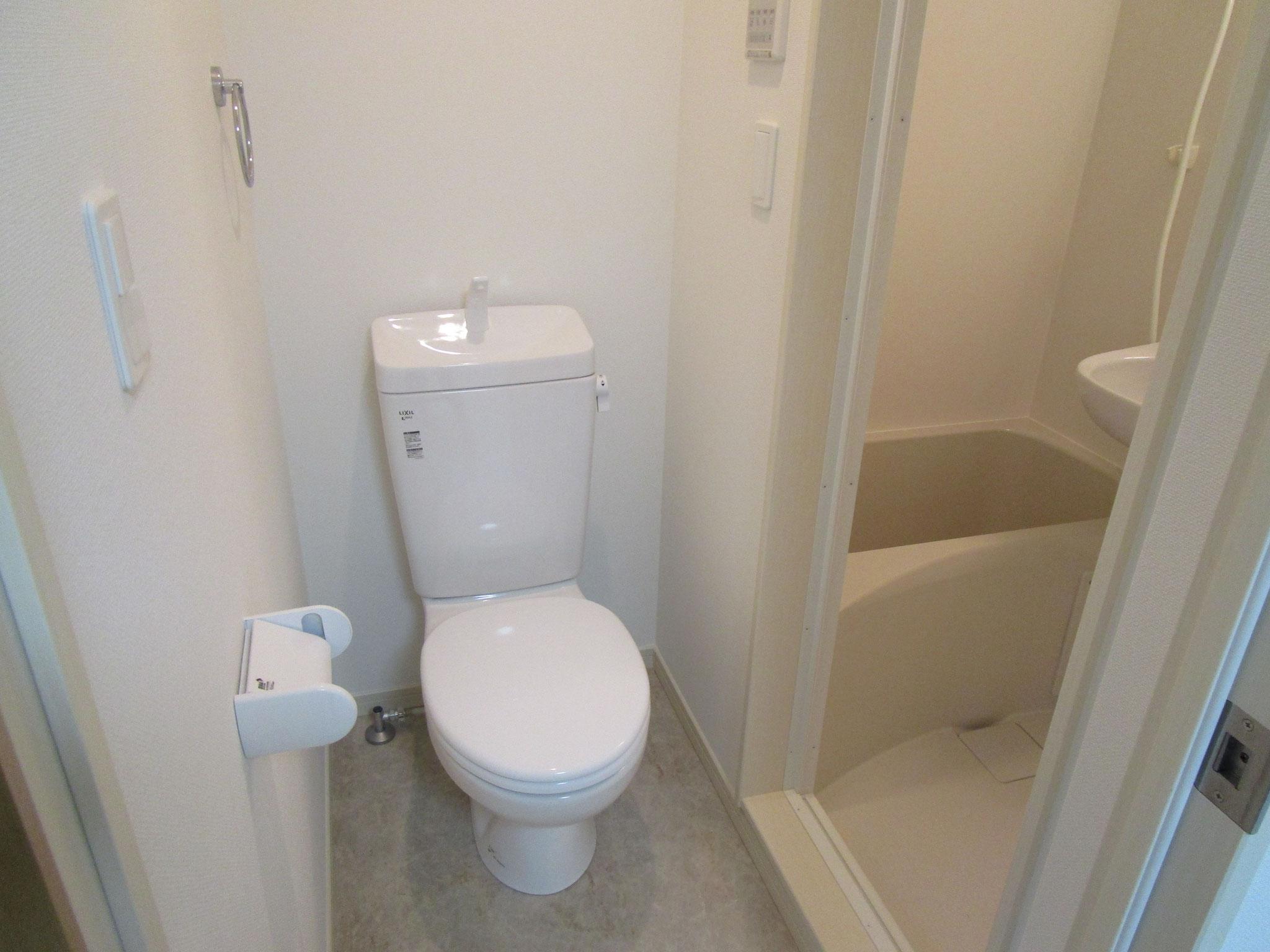 トイレ、その奥は浴室です
