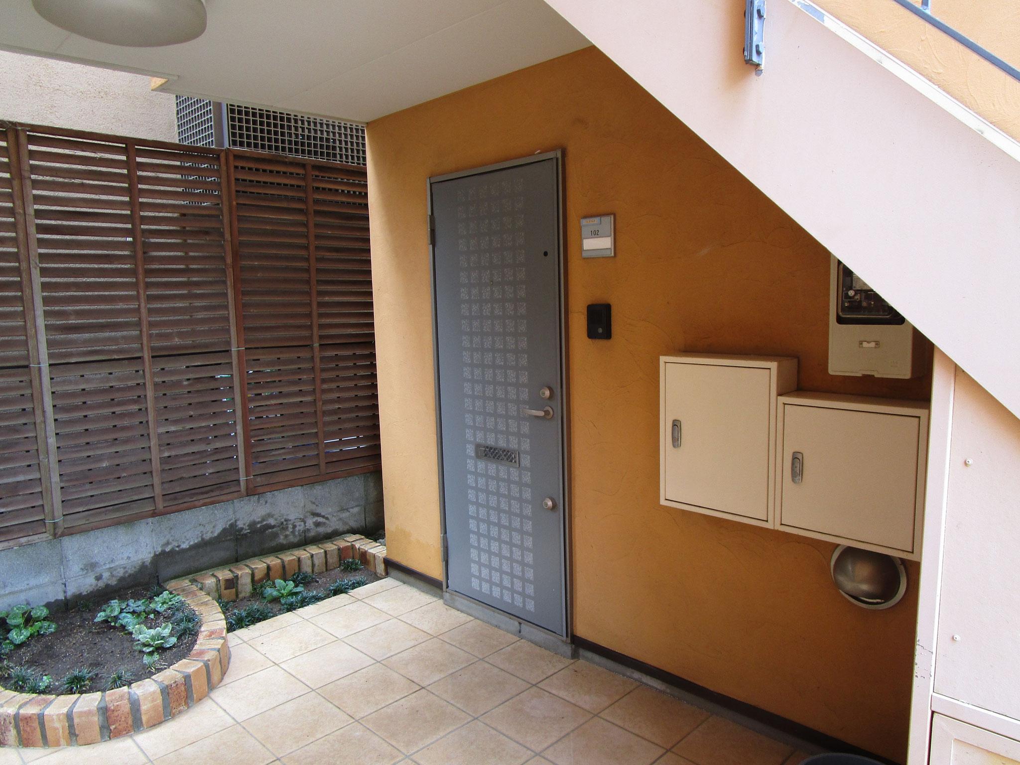 お部屋の玄関の前。花壇があります