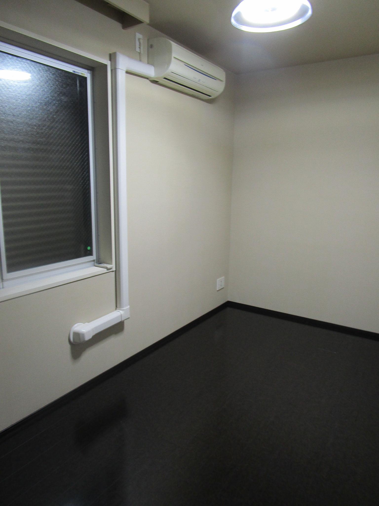 玄関を入って左側の洋室(約5.2帖)。エアコン付き