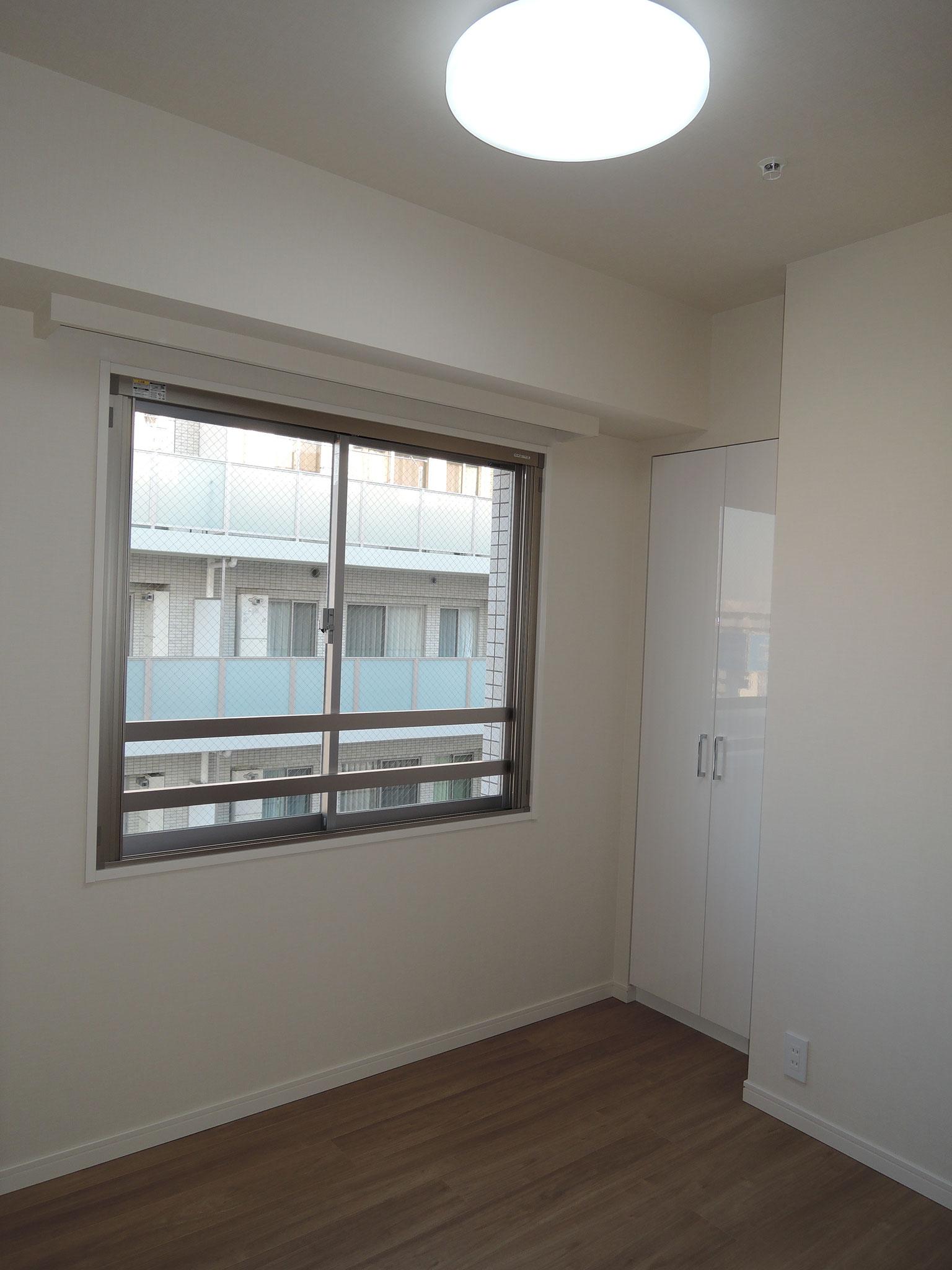 大きな窓の洋室。クローゼット付き