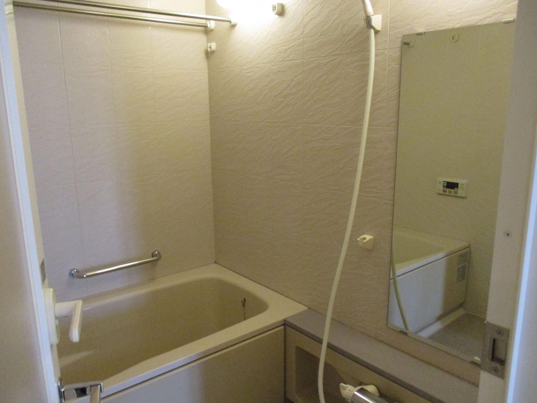 広い浴室。浴室換気乾燥暖房機付き