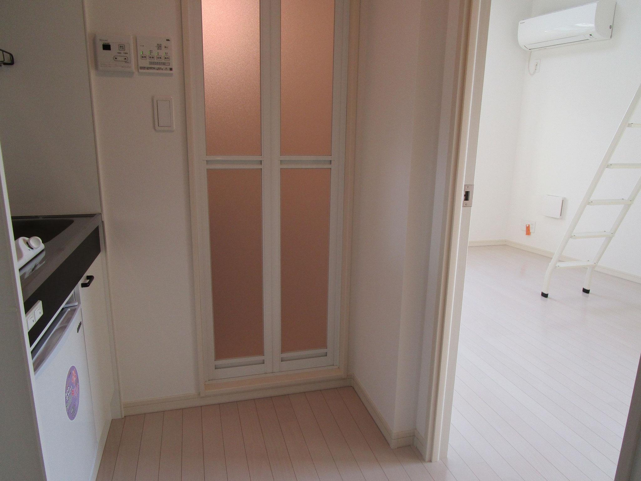 このお部屋はキッチンの奥が浴室です。