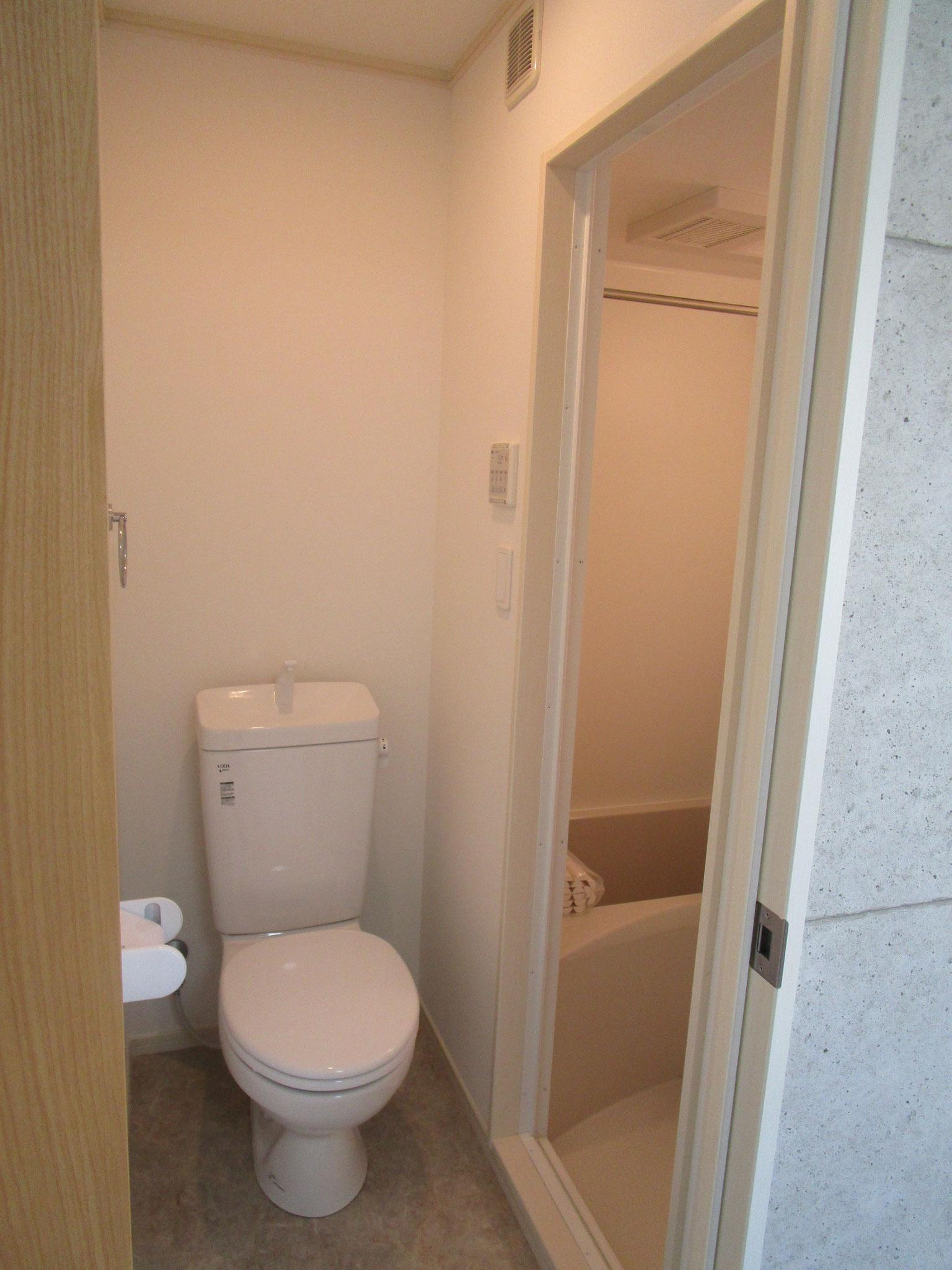 トイレと、その奥は浴室です
