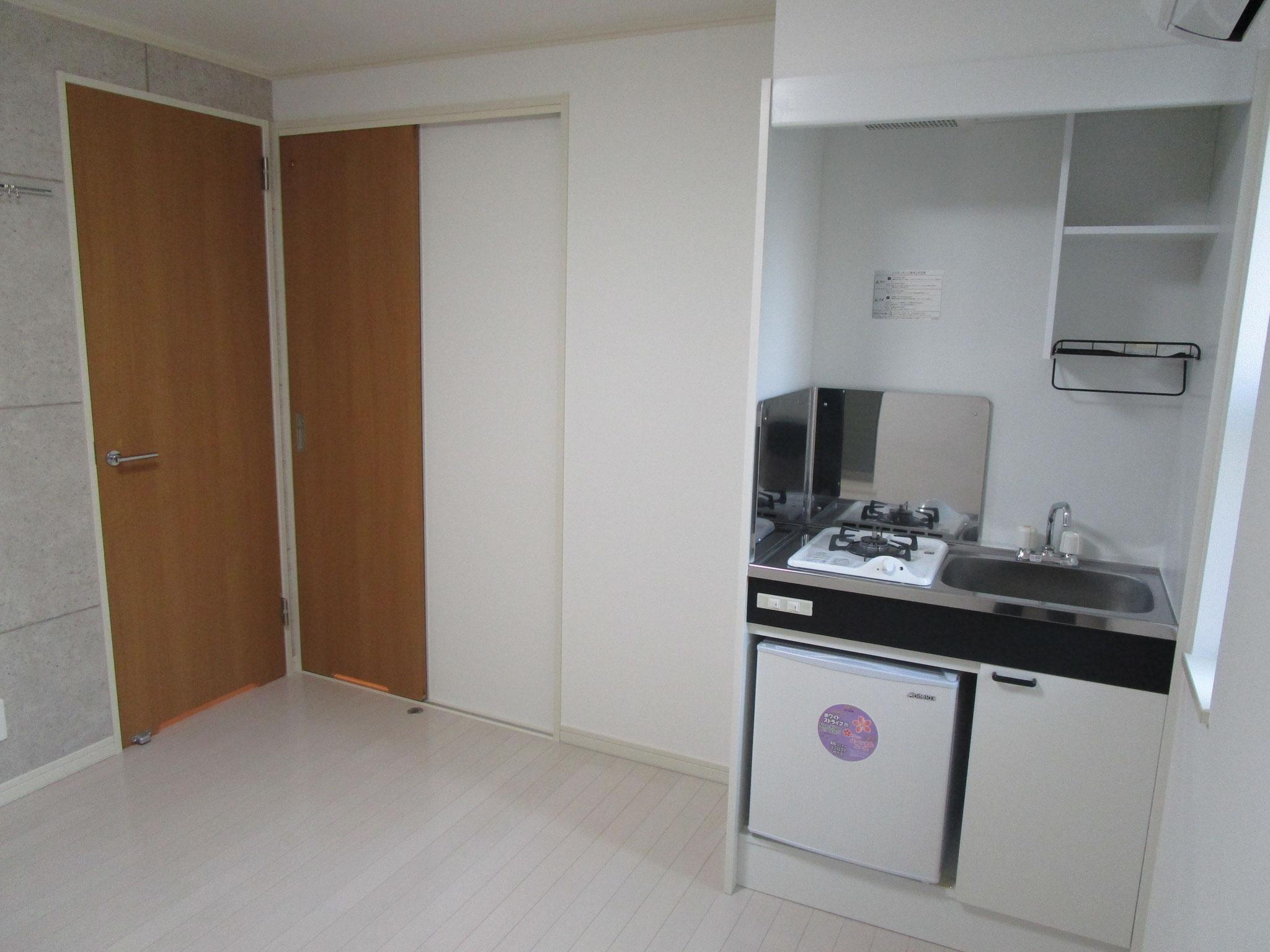 キッチン。その隣の引き戸を開けると