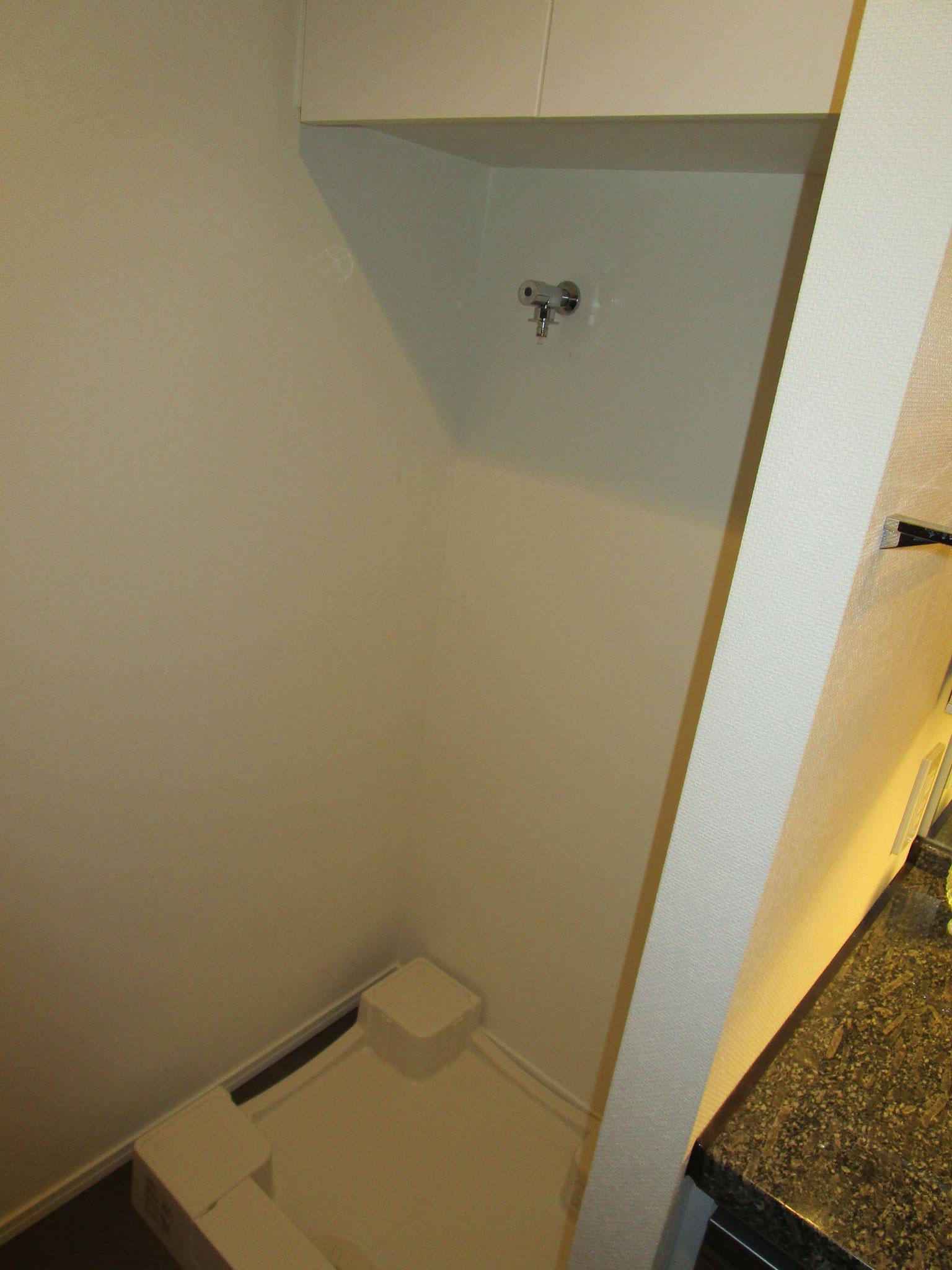 隣りは洗濯機置場。上部には収納棚