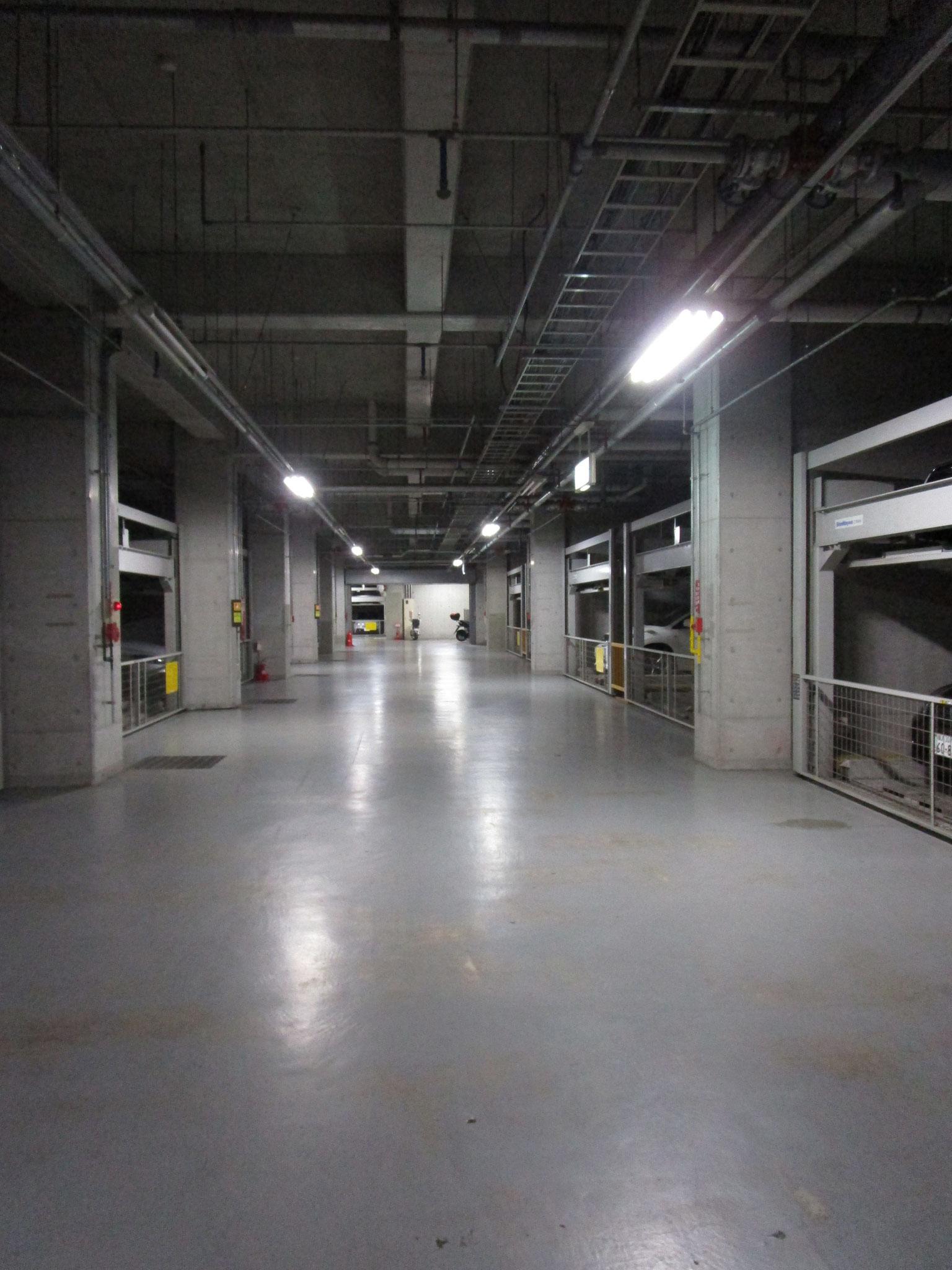 広い地下駐車場(防犯カメラ設置)
