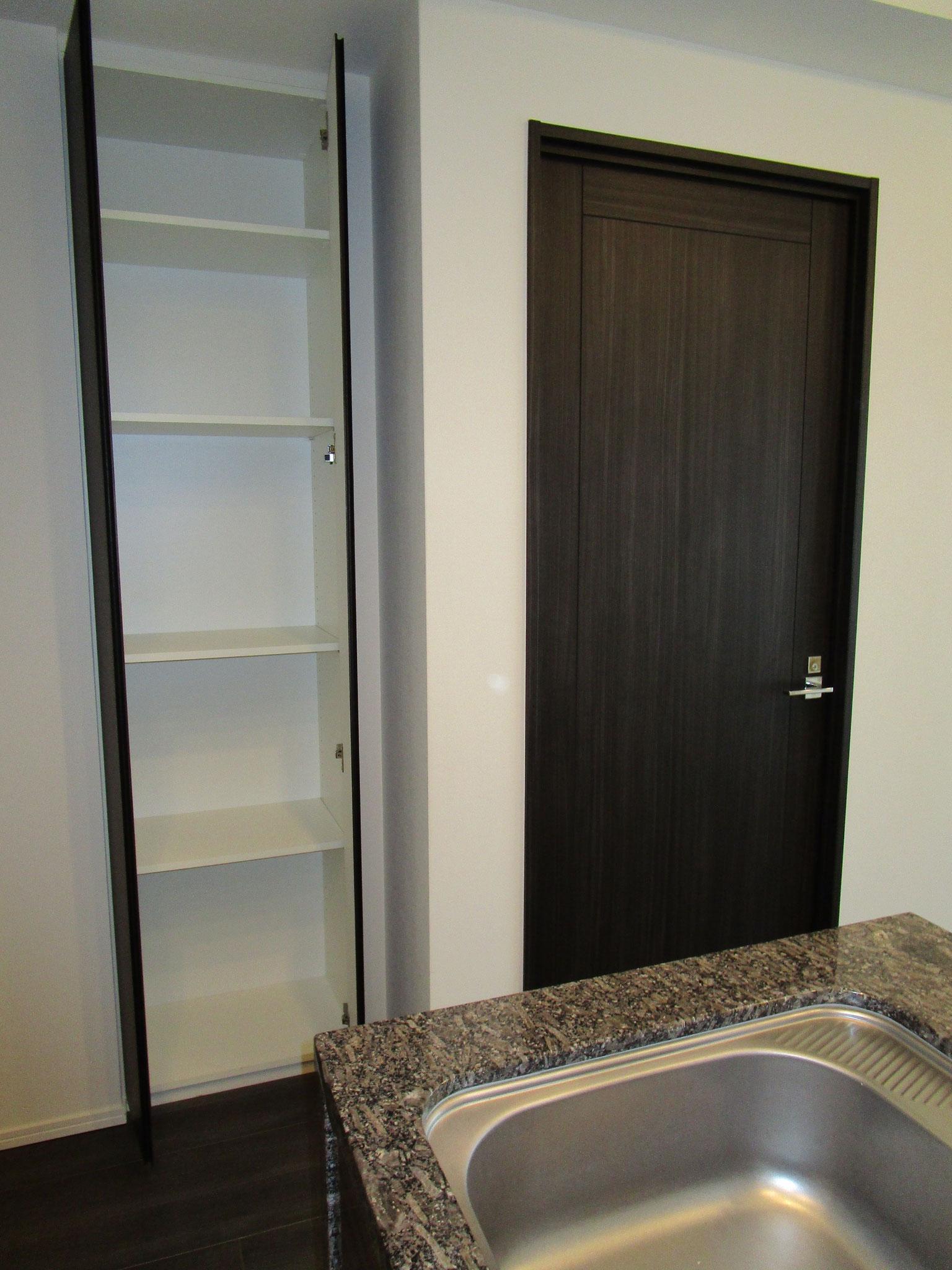 キッチン横の収納とLD横の洋室の入口扉