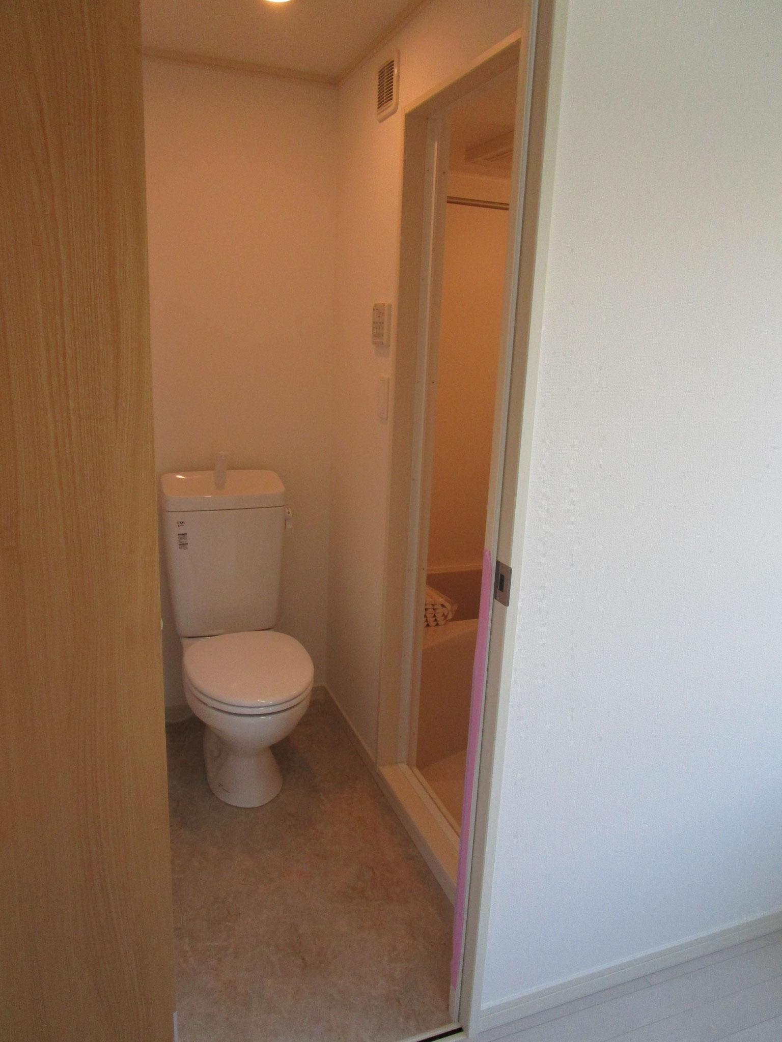 トイレの奥は浴室です