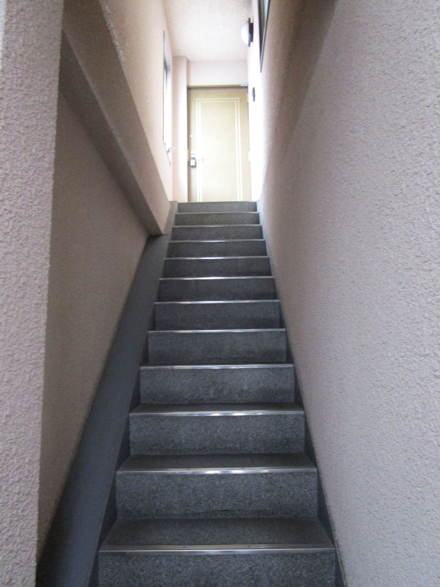 お部屋の玄関への階段