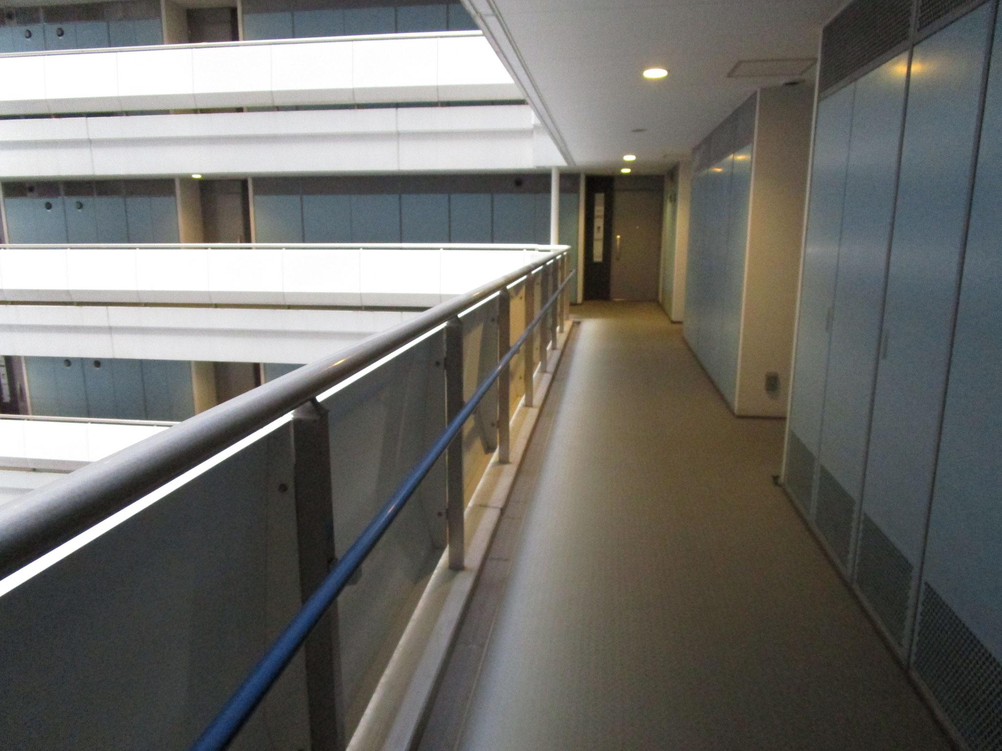 マンションの住居部分は内廊下で、中心は吹き抜けです