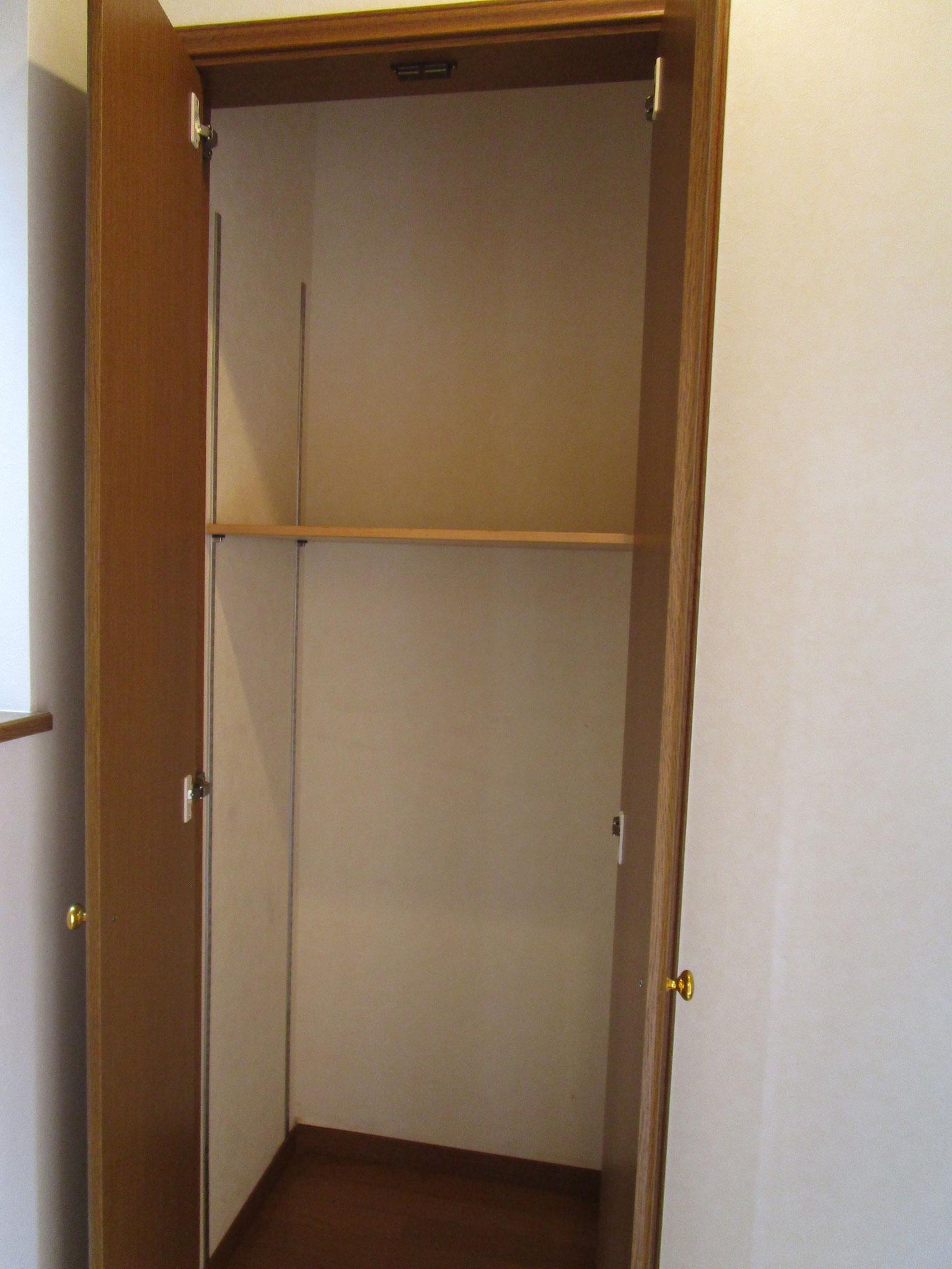 収納の扉を開けた状態。可動式の棚付きです