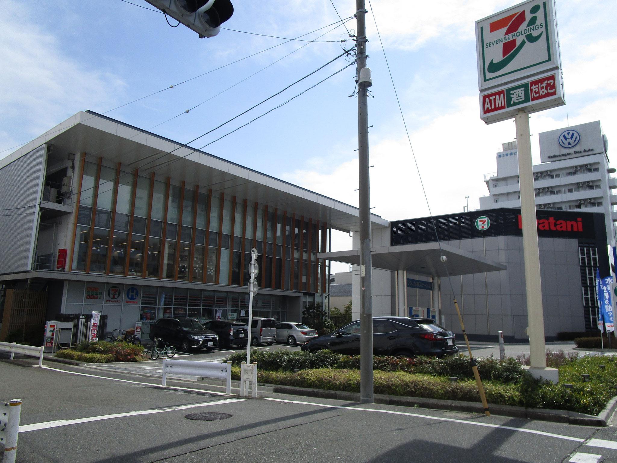 マンション南西方向の、第二京浜に出る角にあるコンビニ