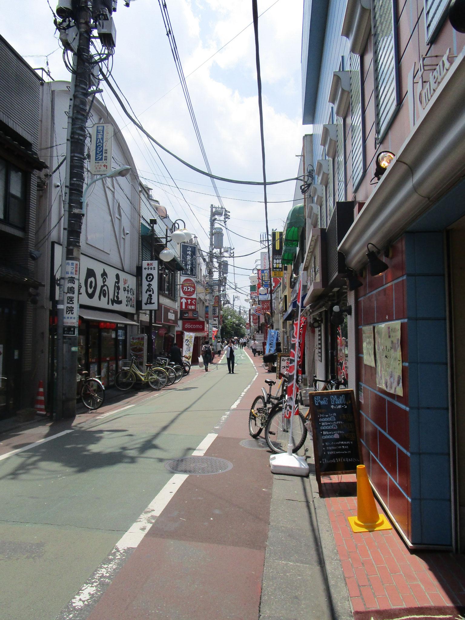 「下高井戸」駅北口駅前から左方向は日大通り。飲食店も沢山あります