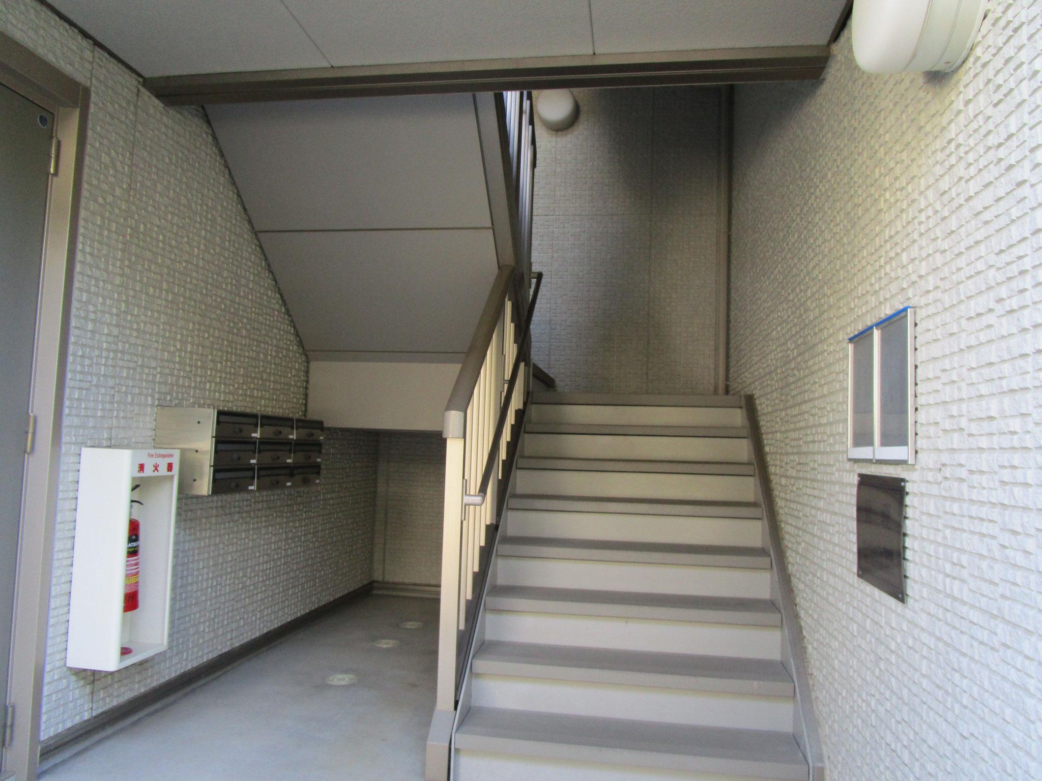 メールボックスと手すり付きの階段