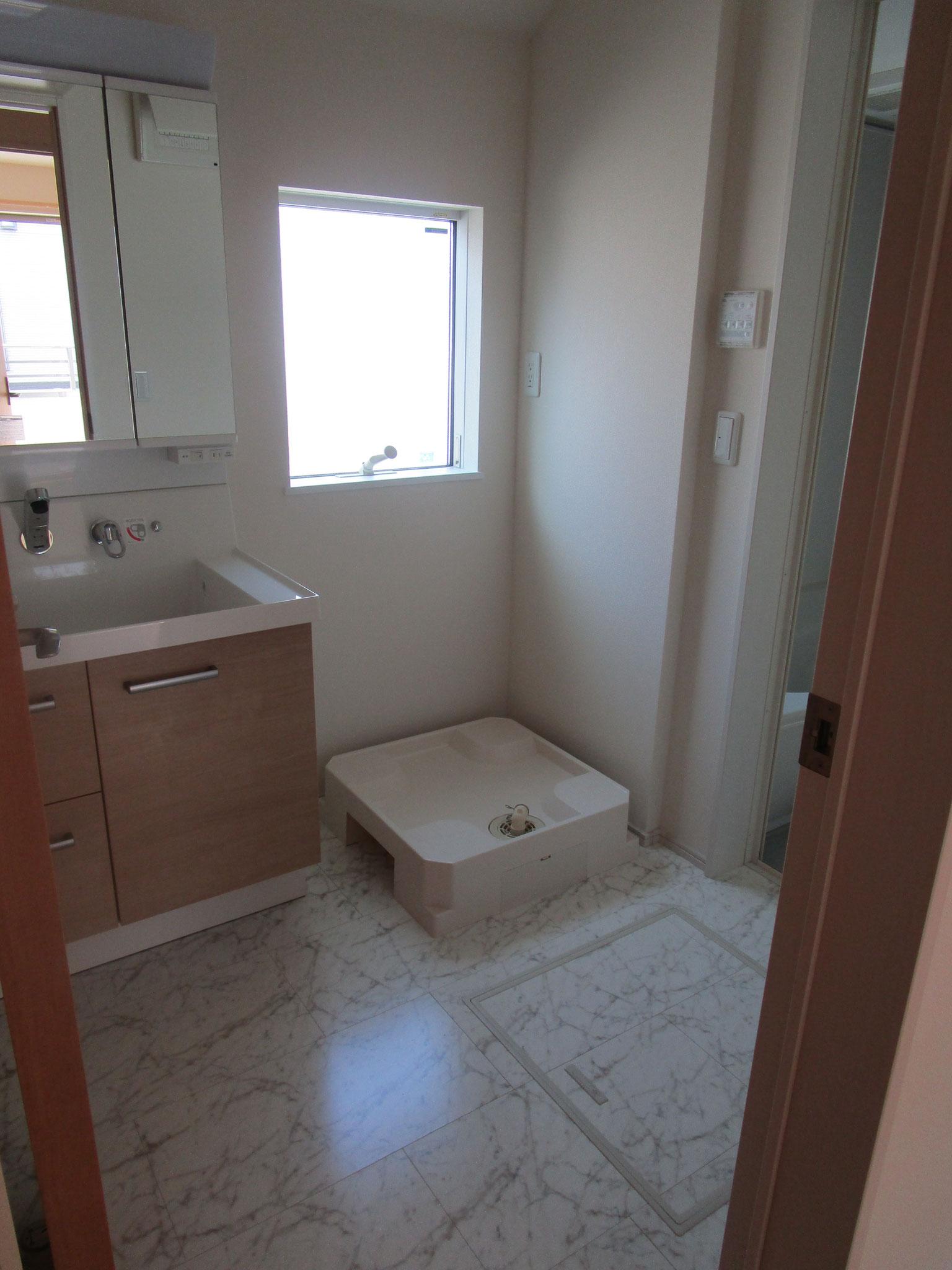 トイレの隣りは洗面室(窓があります)