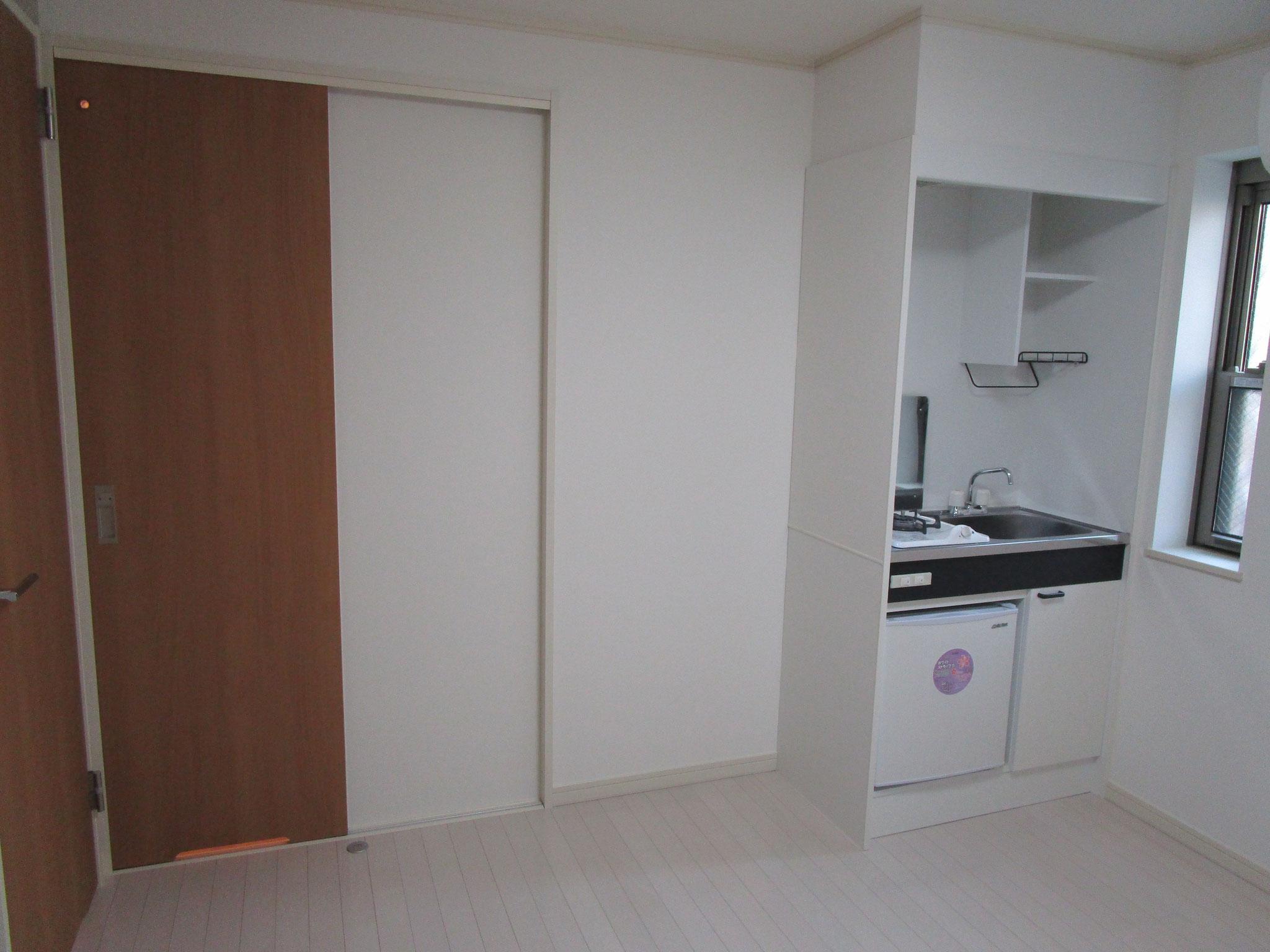 キッチンの横に小窓があります