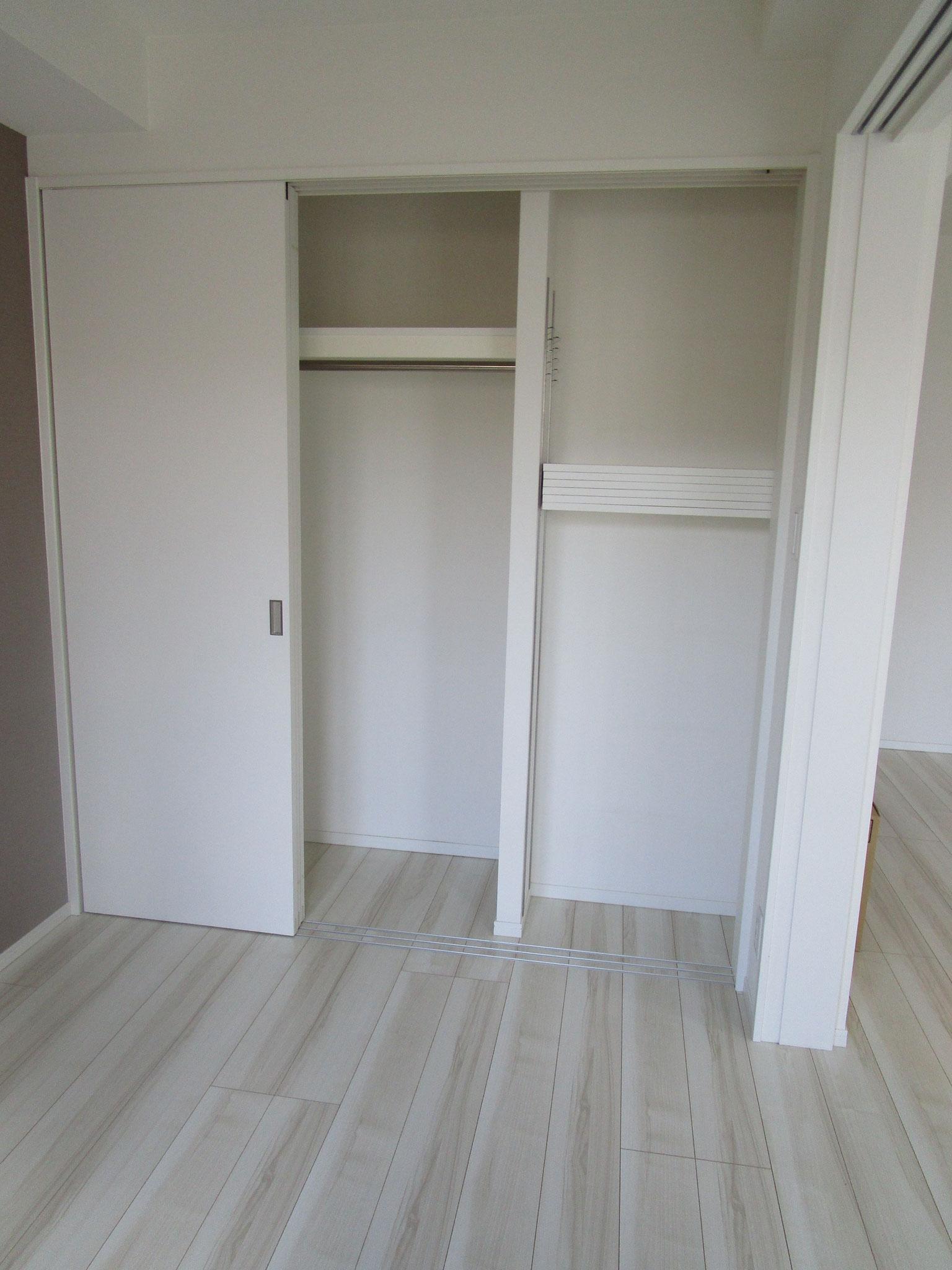 洋室のクローゼットと可動式の棚