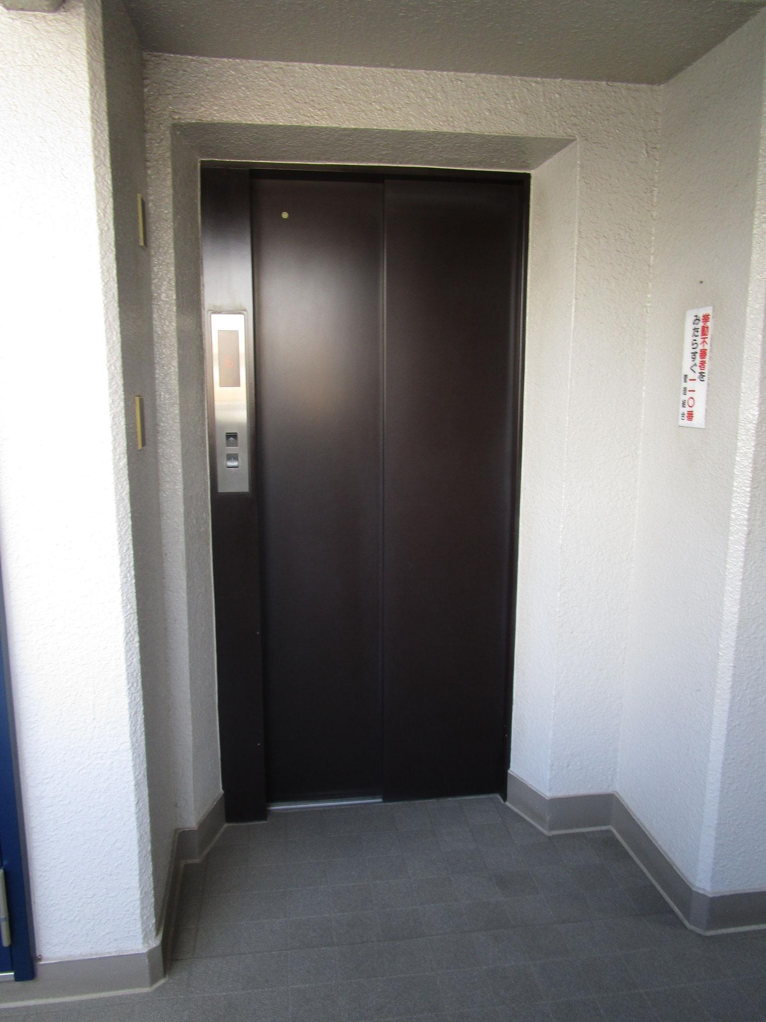 エレベーター内には