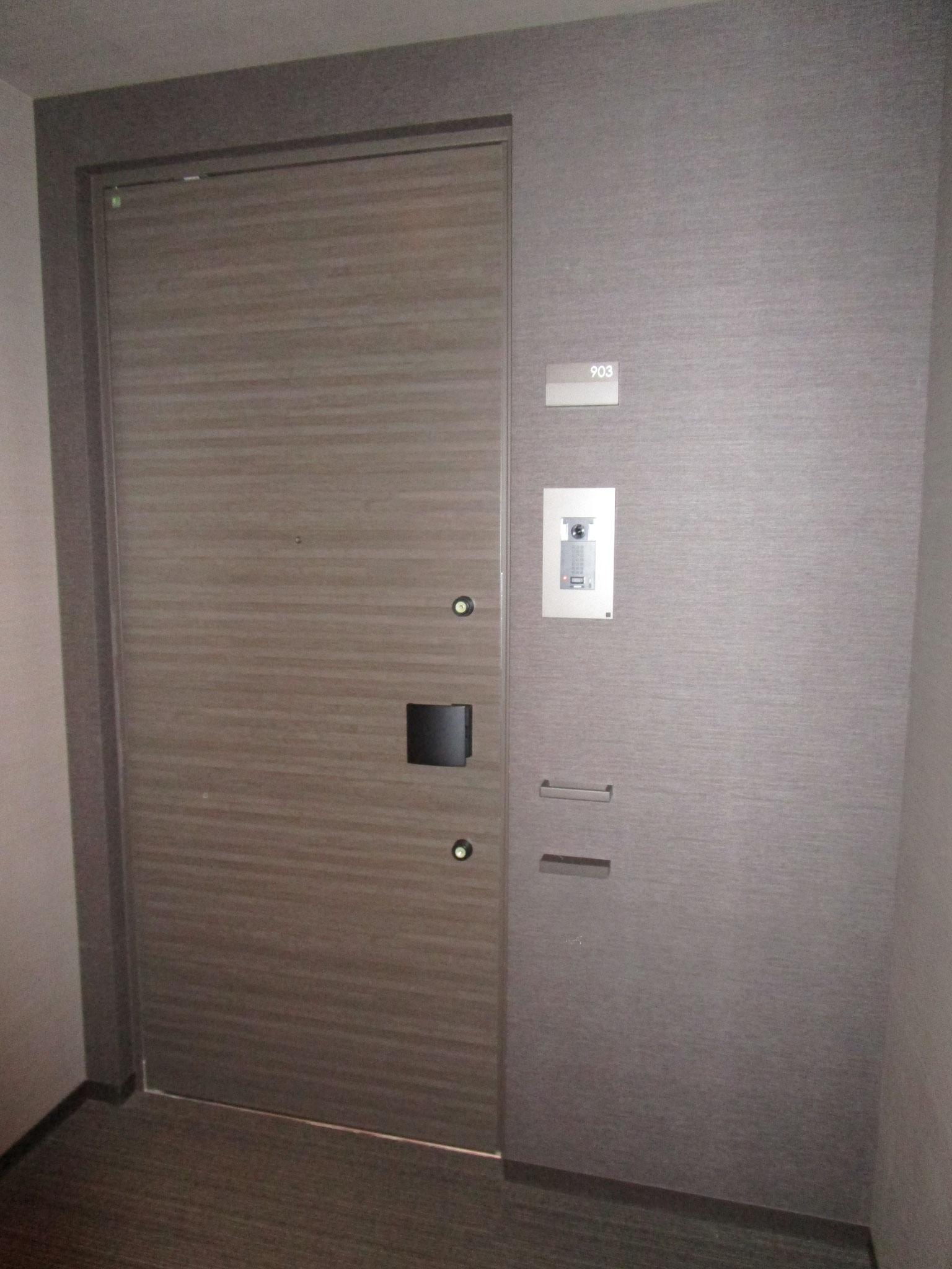 お部屋の玄関前。カメラ付きインターホン設置