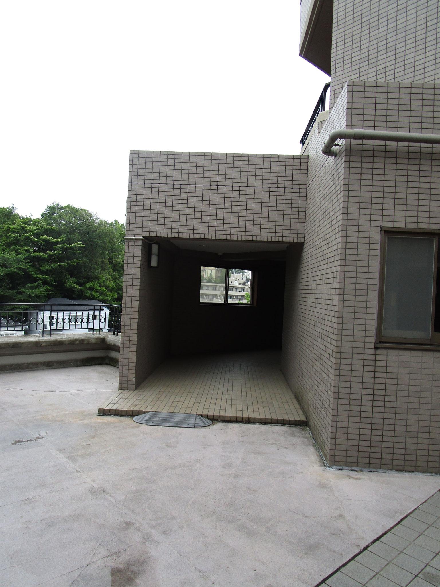 すぐ側に二番館の1階エントランス入口