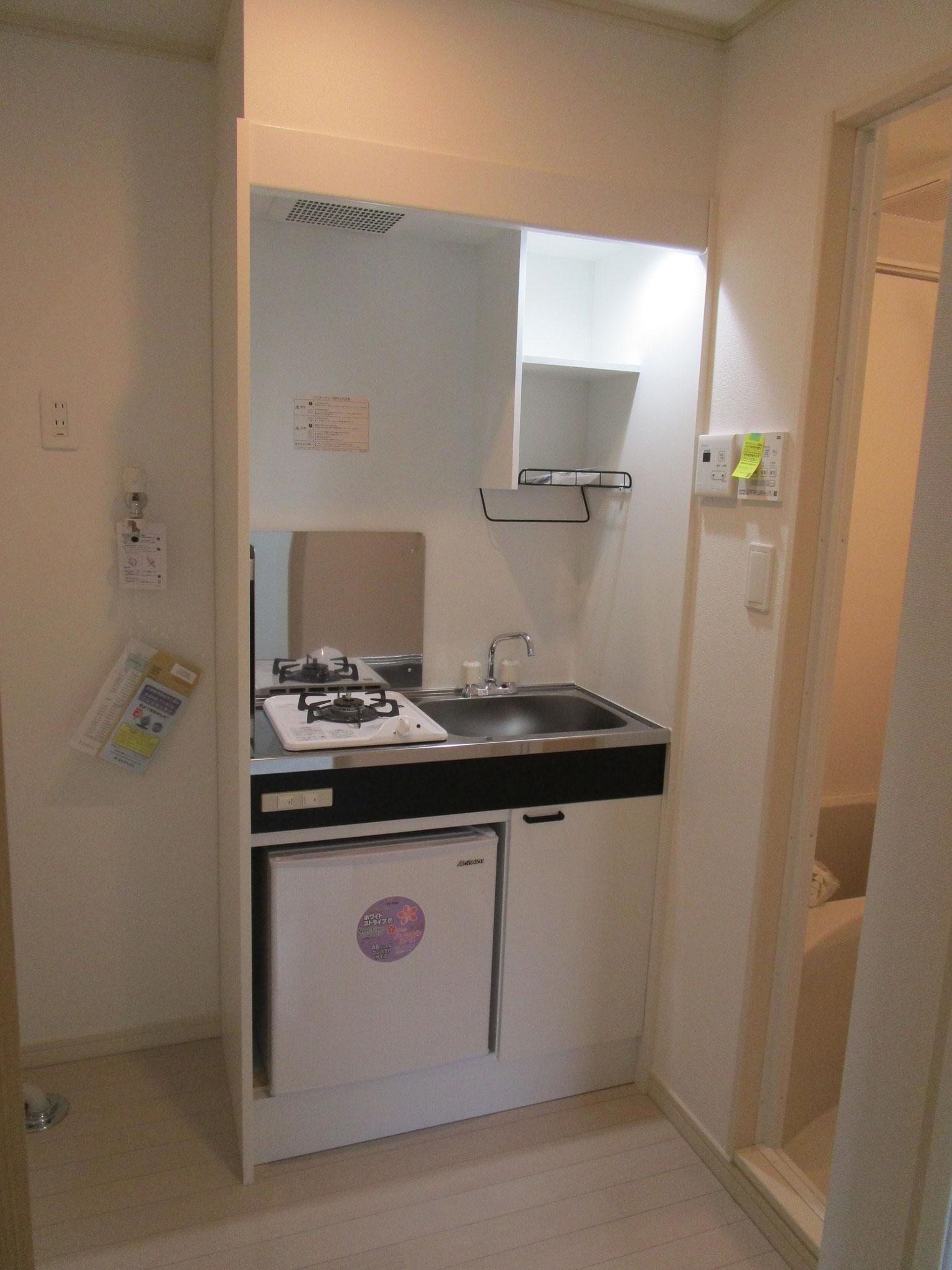 玄関を入って左手に洗濯機置場とキッチン