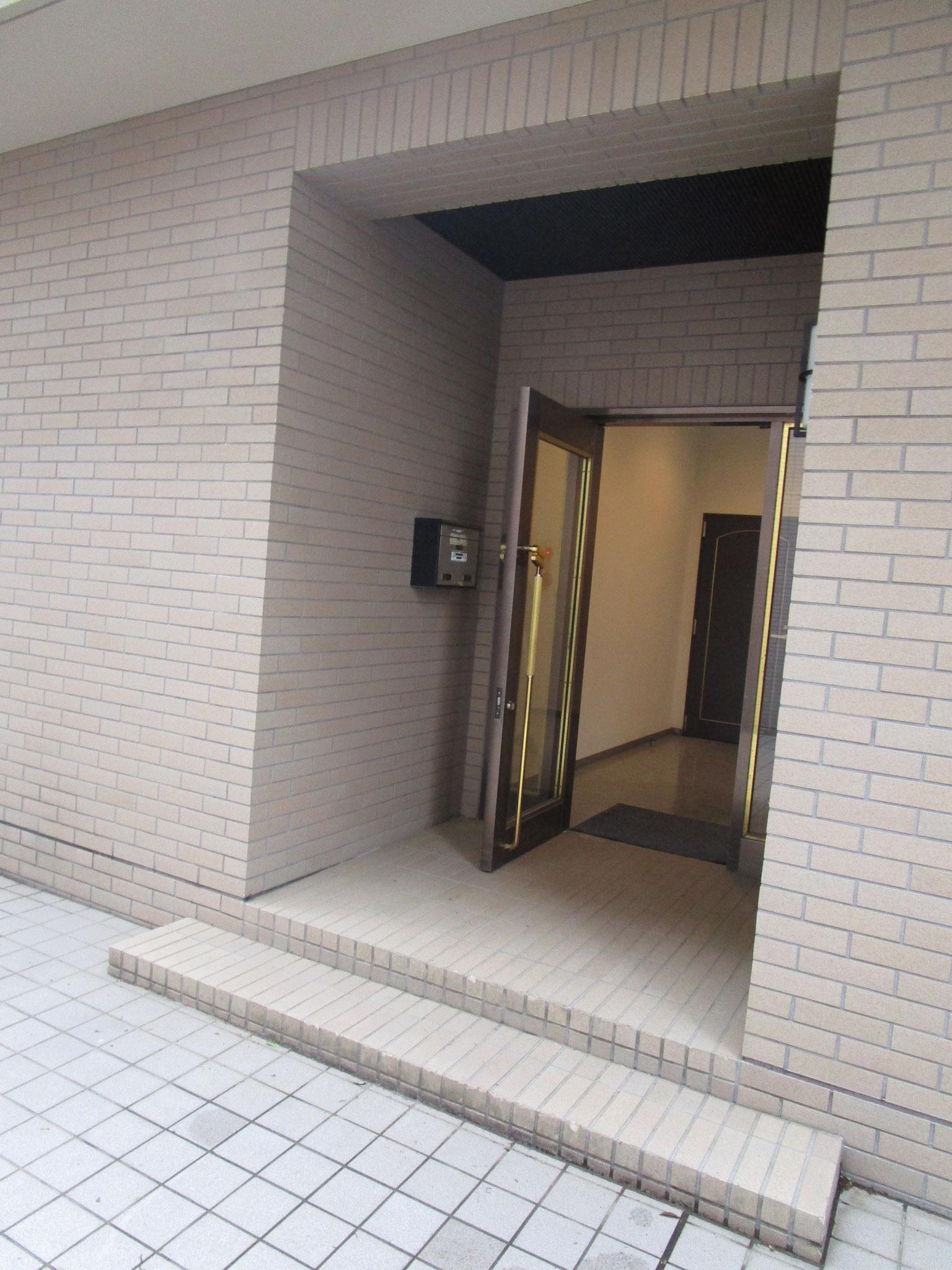 管理棟のエレベーターで上がり、外に出ました