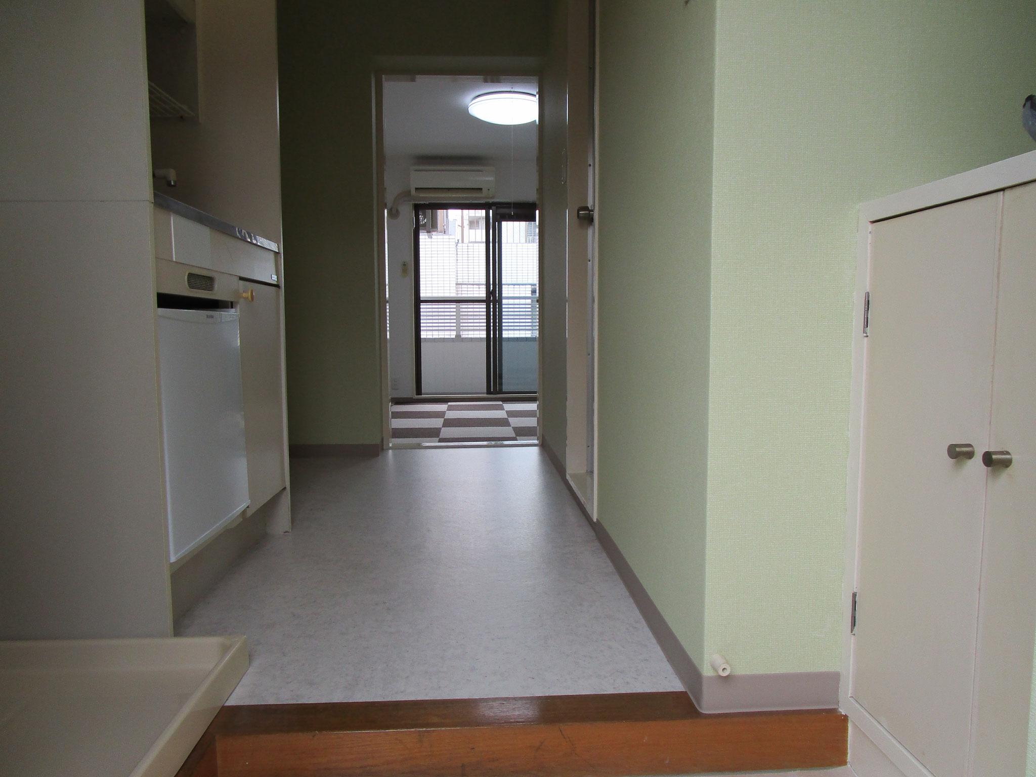 玄関より室内方向の眺め
