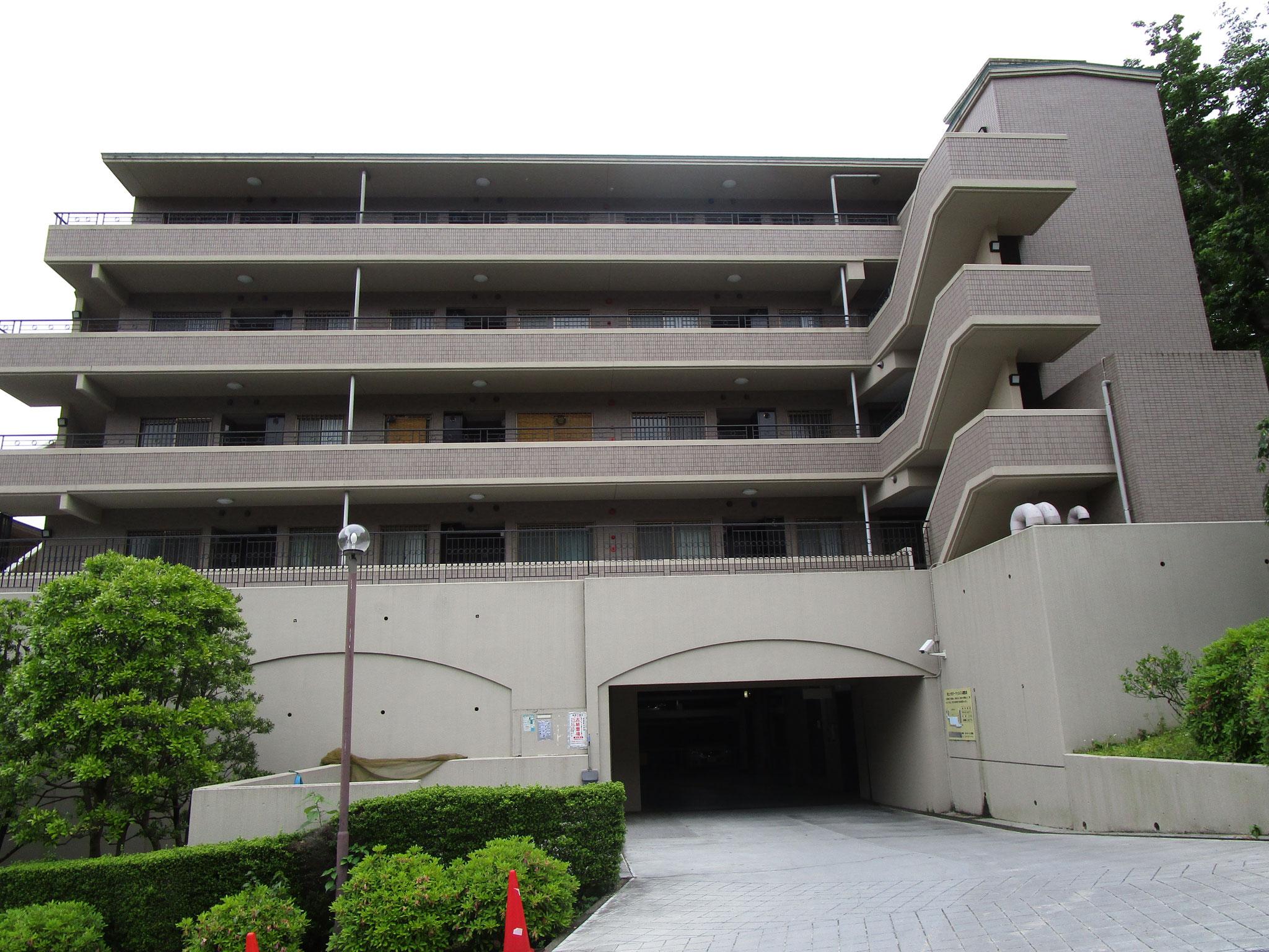 一番館の下方は、駐車場入り口。