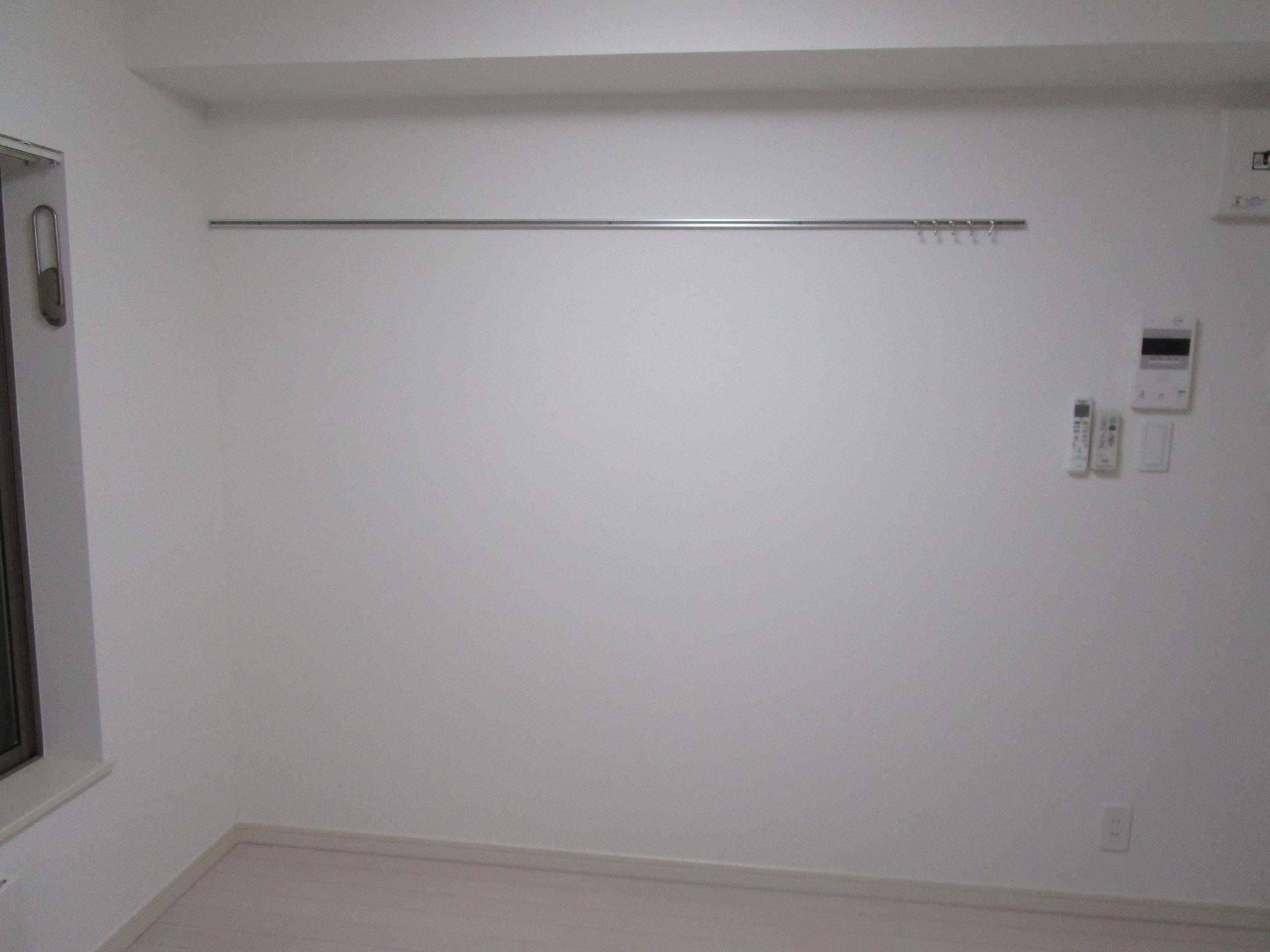 壁にはピクチュアレール付き