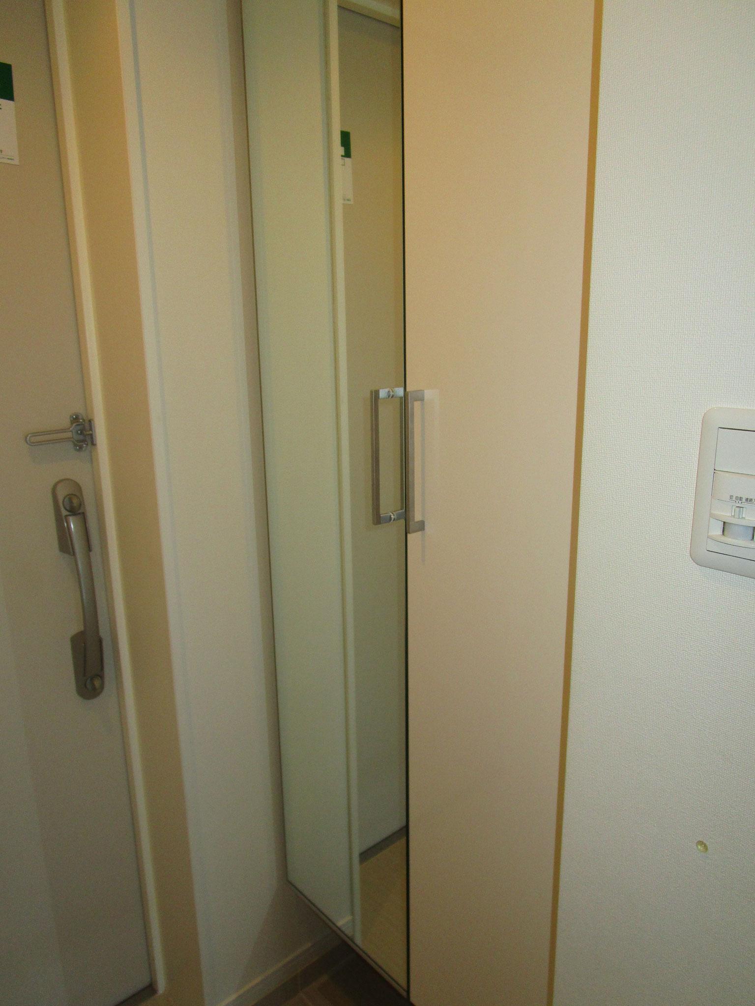 玄関の靴入れの扉の片側は鏡になっています