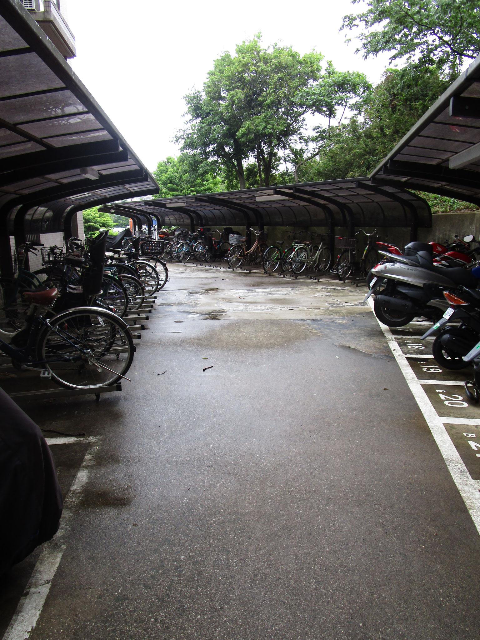 三番館の北側に駐輪場・バイク置場